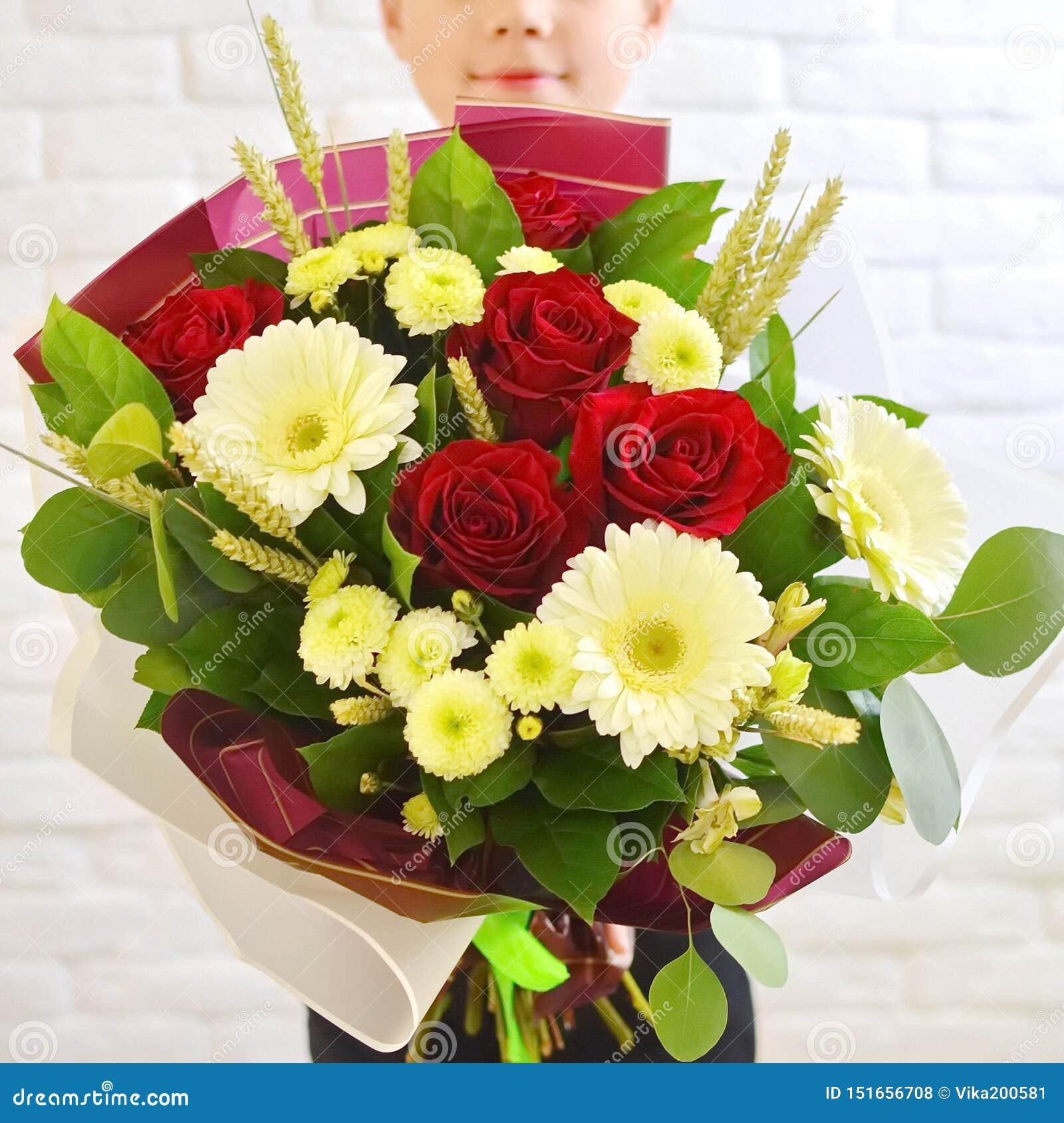 Pysen med en härlig bukett av blommor för hans moder
