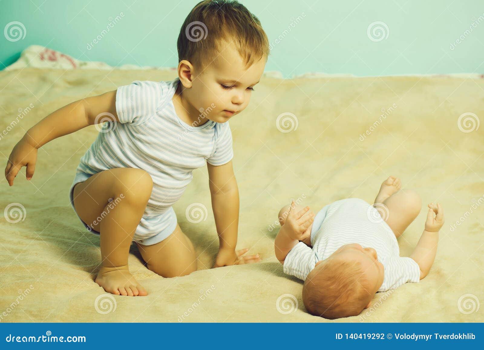 Pysen spelar med nyfött