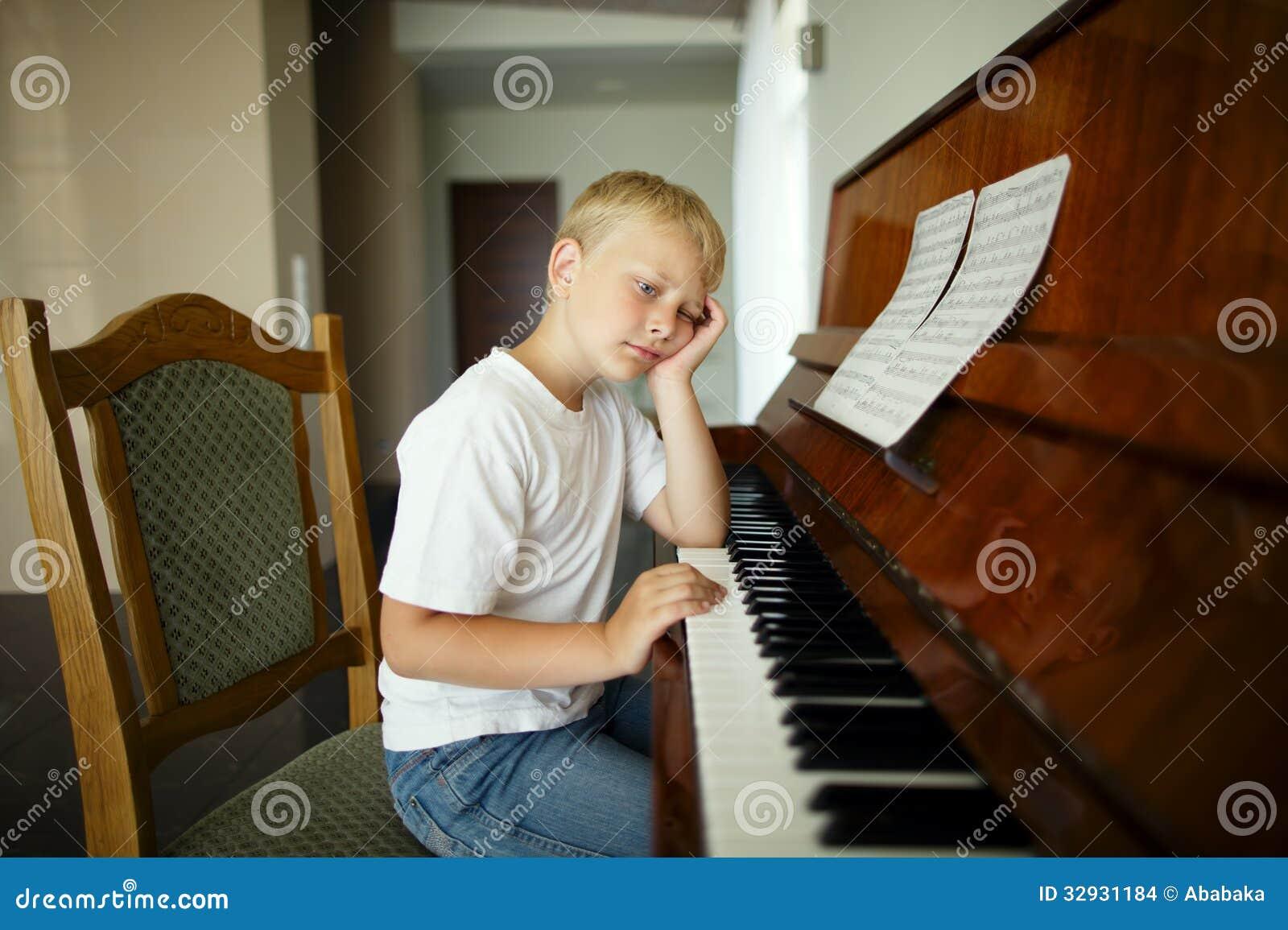Pysen spelar pianot