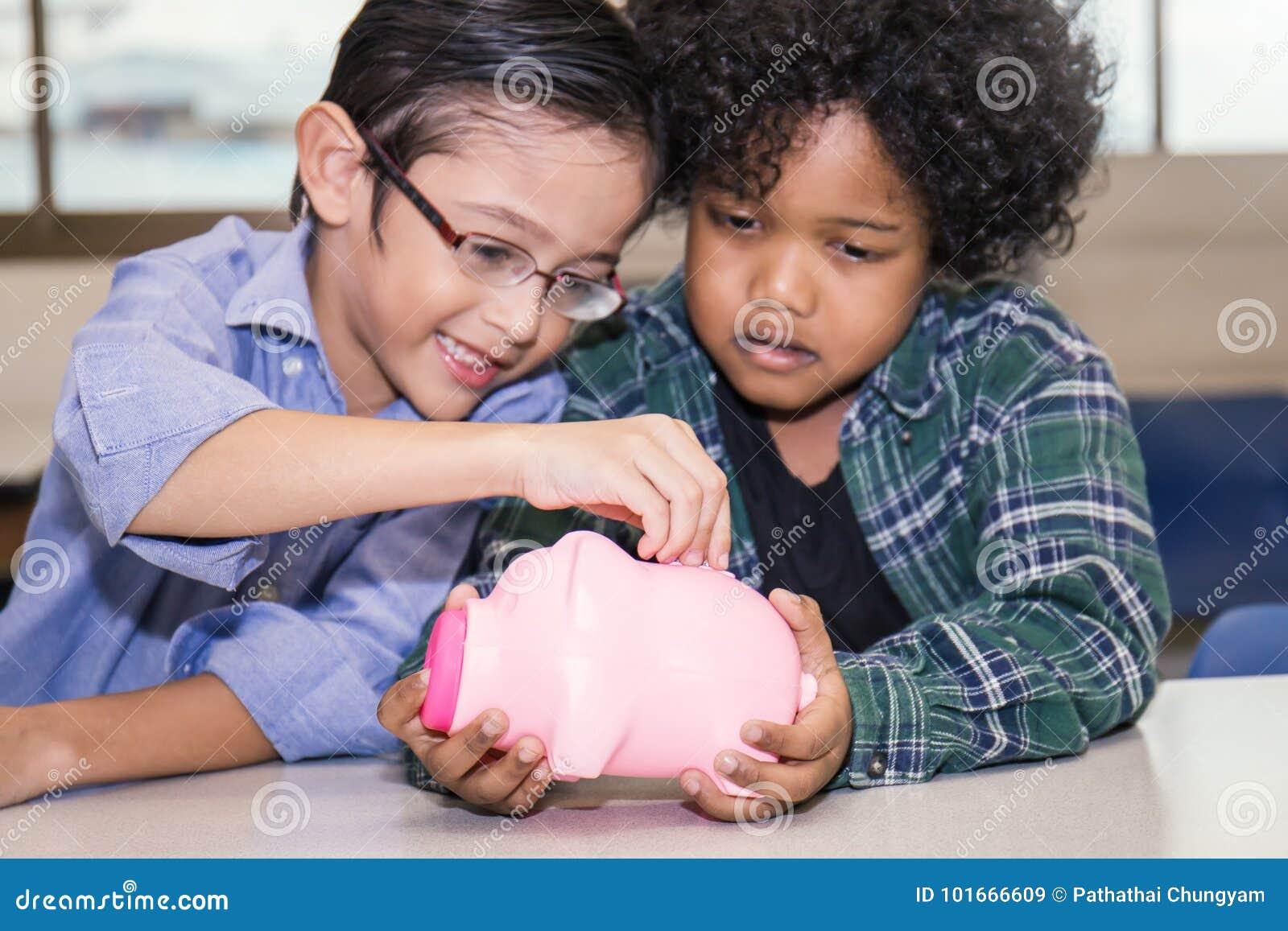 Pyser som sätter pengar in i spargrisen