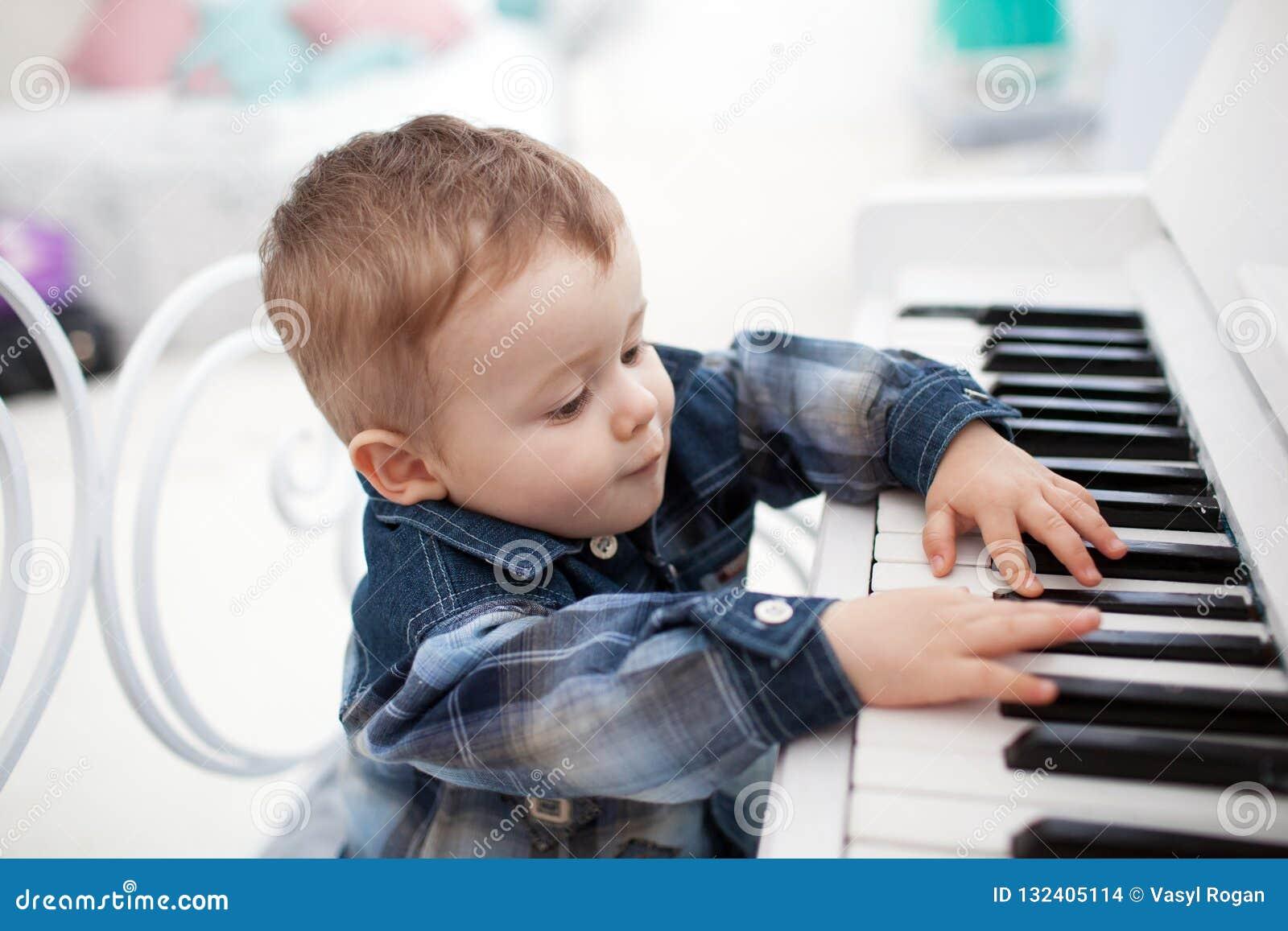 Pyslekar ett piano nytt år för begrepp