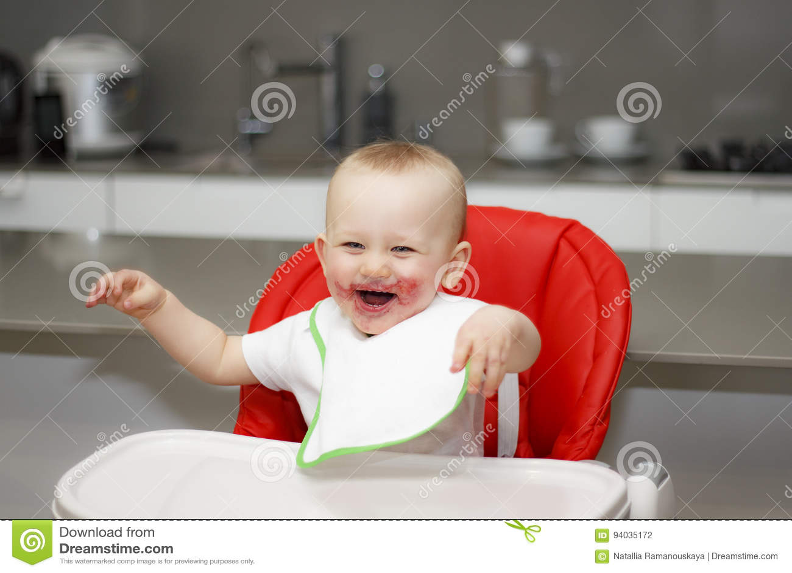 Pyssammanträde i en hög stol och skratta