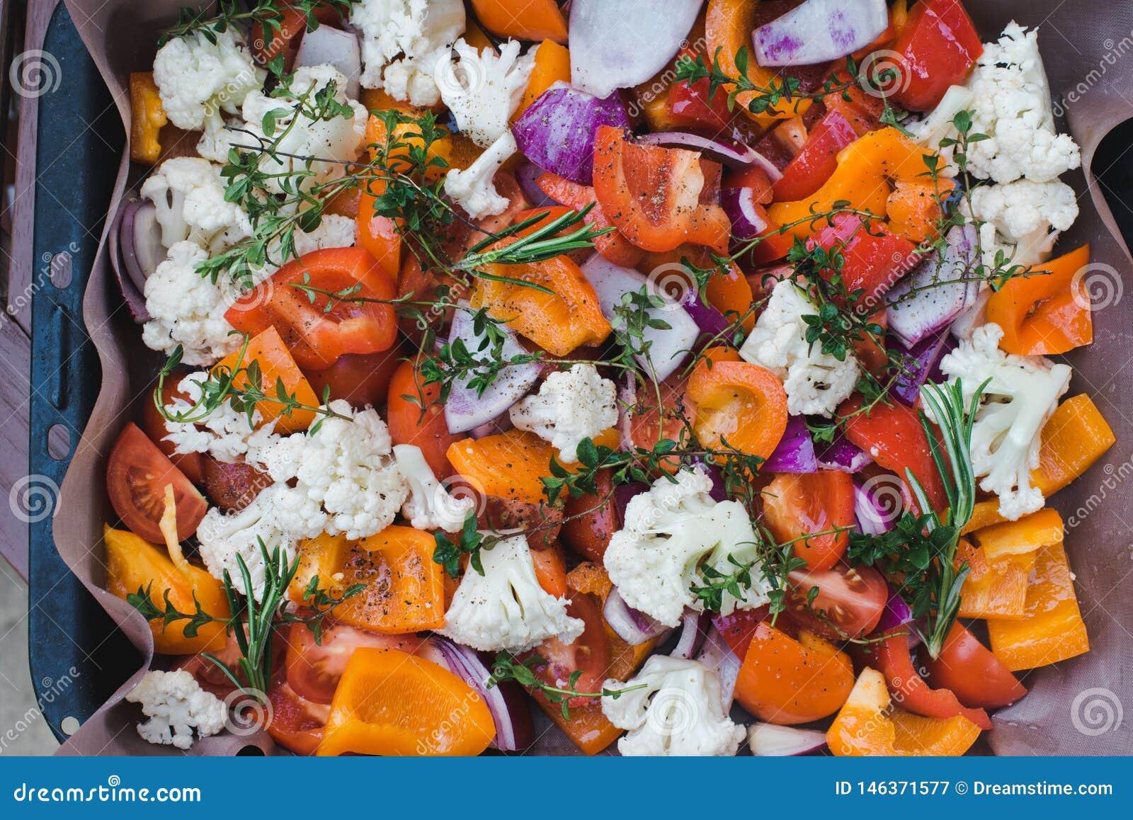 Pyszne jedzenie zdrowe T?o pokrojeni surowi warzywa przed piec na pergaminie Poj?cie kucharstwo, wegetarianizm i