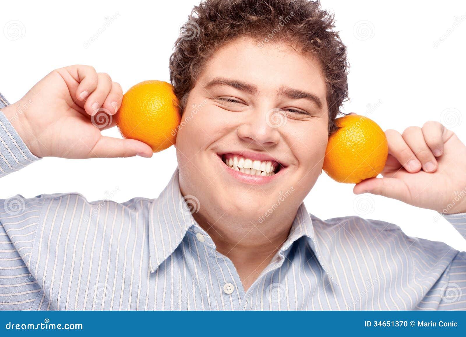 Pyzata chłopiec i pomarańcze