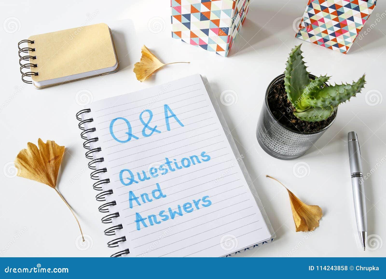 Q&a-frågor och svar som är skriftliga i en anteckningsbok