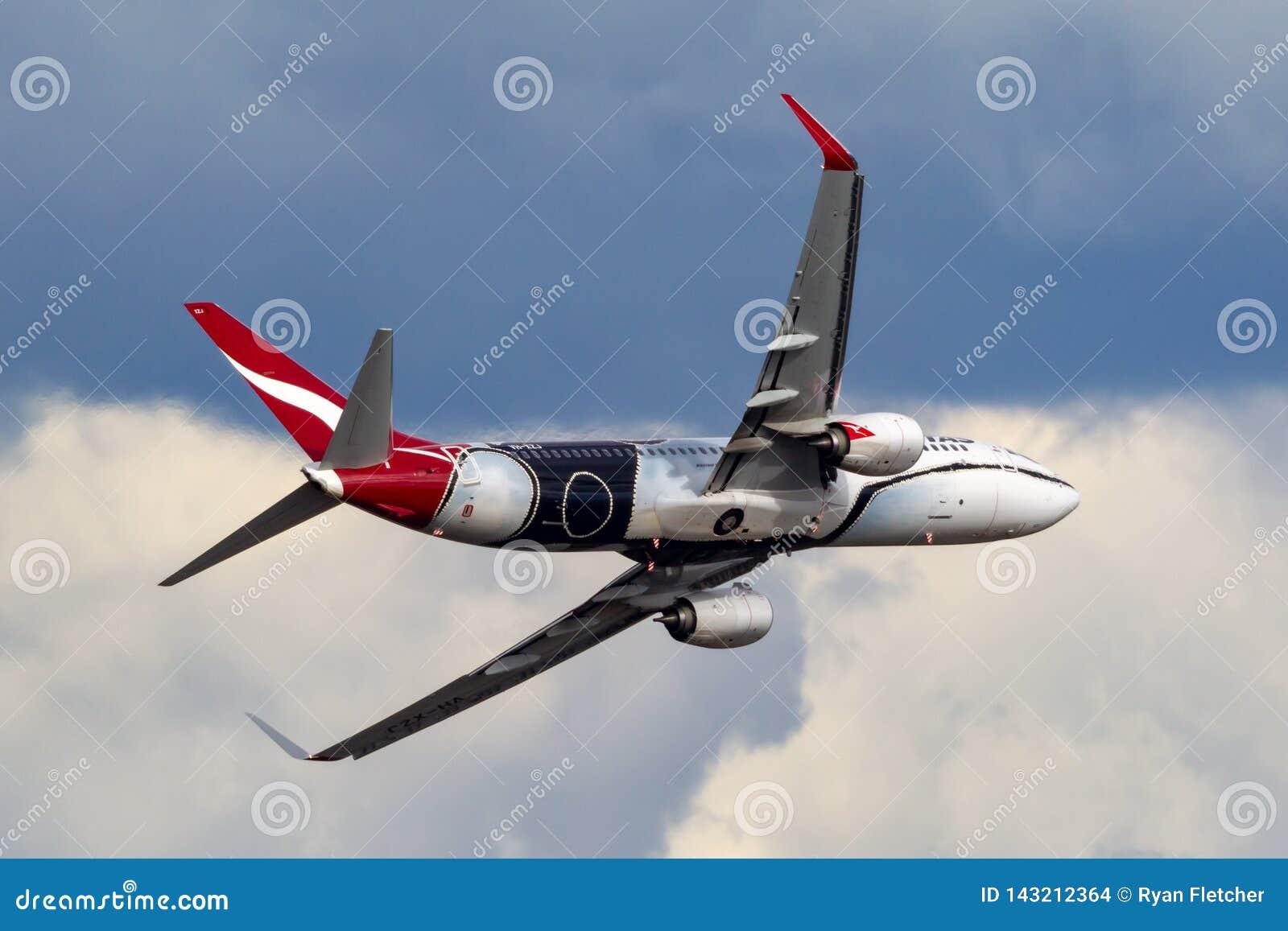Qantas Boeing 737 Flugzeuge VH-XZJ nannte Mendoowoorrji, das eine spezielle eingeborene themenorientierte Livree trägt, die eine