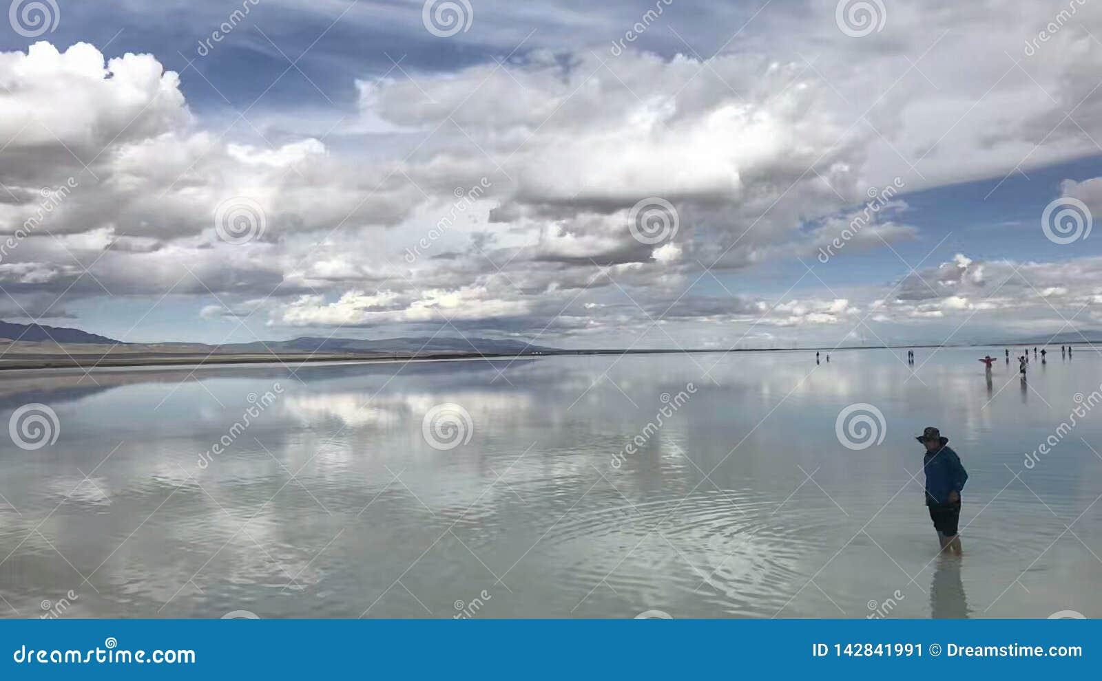 Qinghai Chaka Salt Lake Water och himmel är i en färg