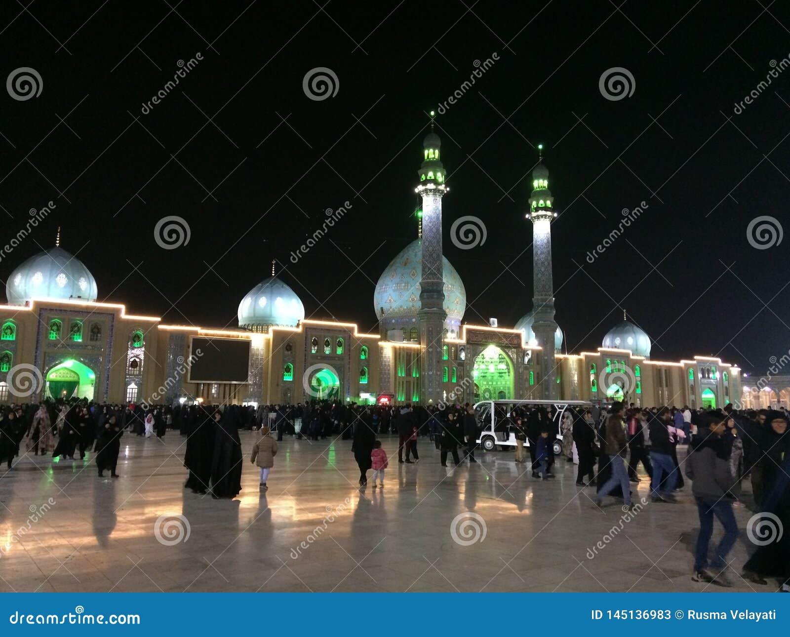 QOM, IR?N - 2018: Una muchedumbre grande de paseo de la gente en la yarda de la mezquita de Jamkaran en la noche Qom, Ir?n