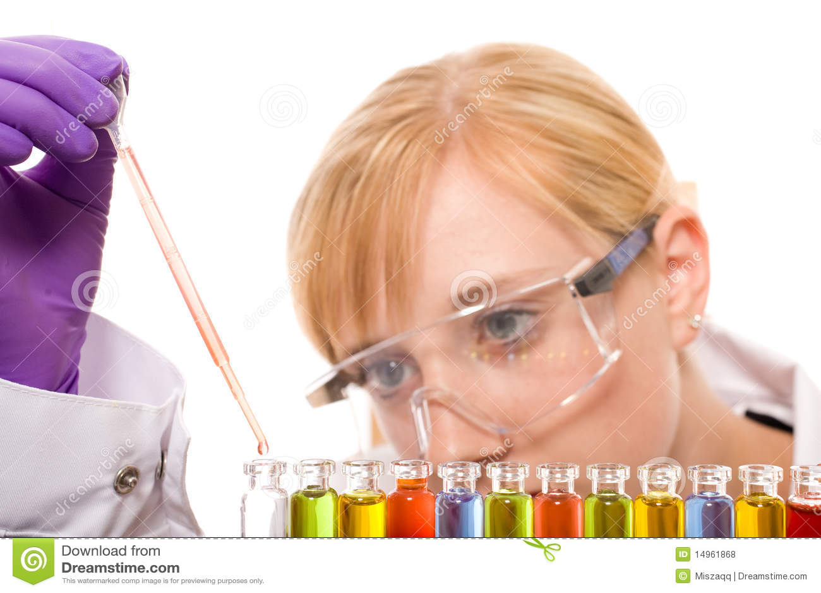 Químico de sexo femenino joven que hace una cierta investigación