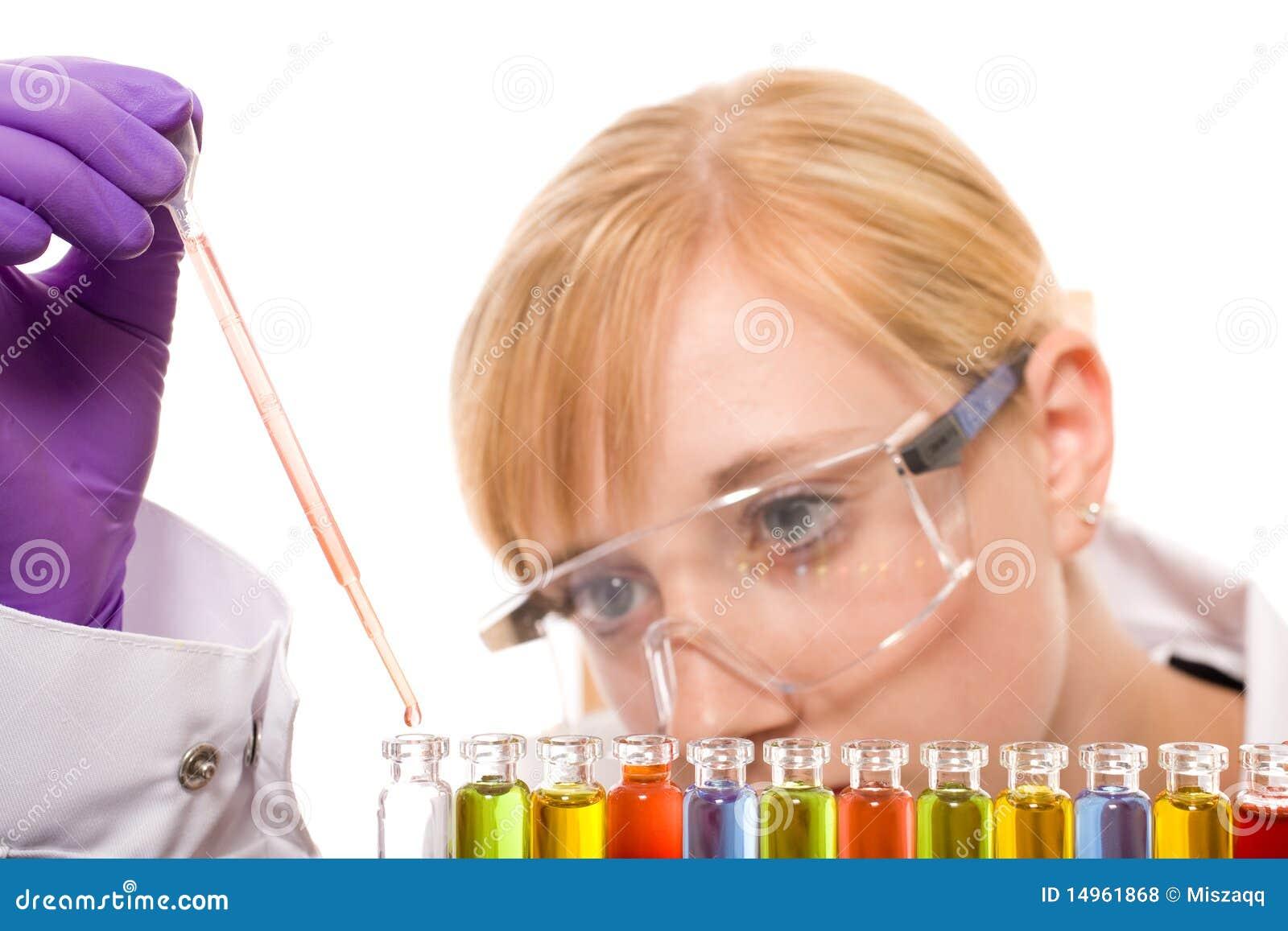 Químico fêmea novo que faz alguma pesquisa