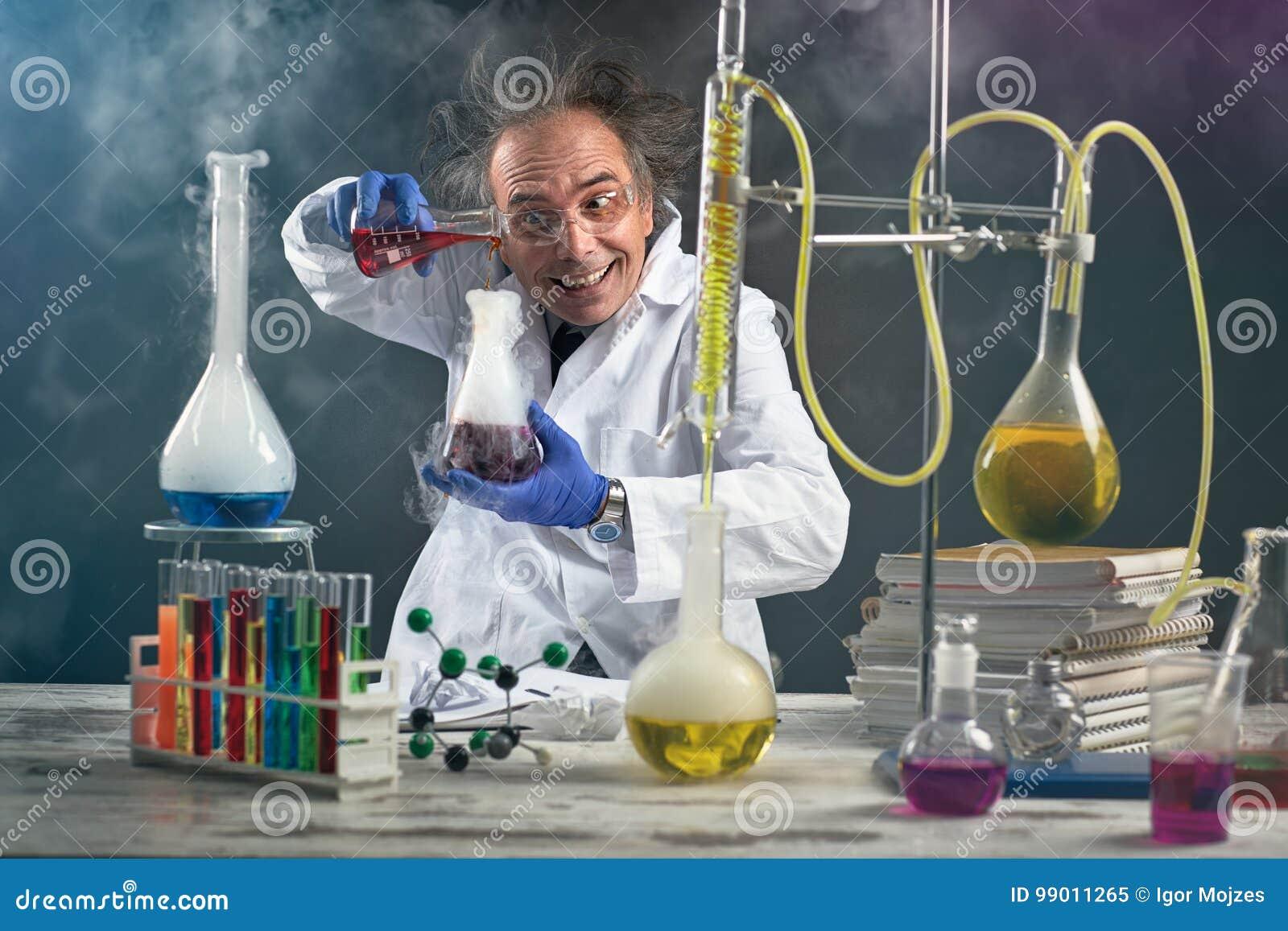 Químico louco que faz a experiência