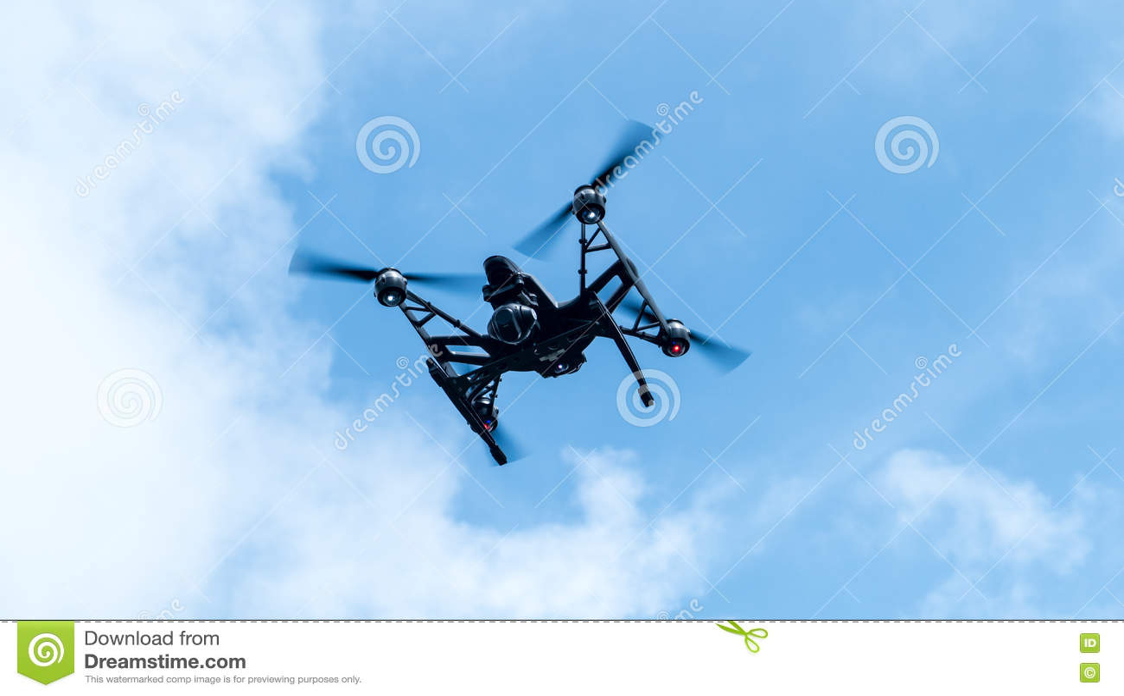 Download Quadcopter с летанием камеры на ясном солнечном Backgr захода солнца неба Стоковое Фото - изображение насчитывающей перспектива, индустрия: 72299006