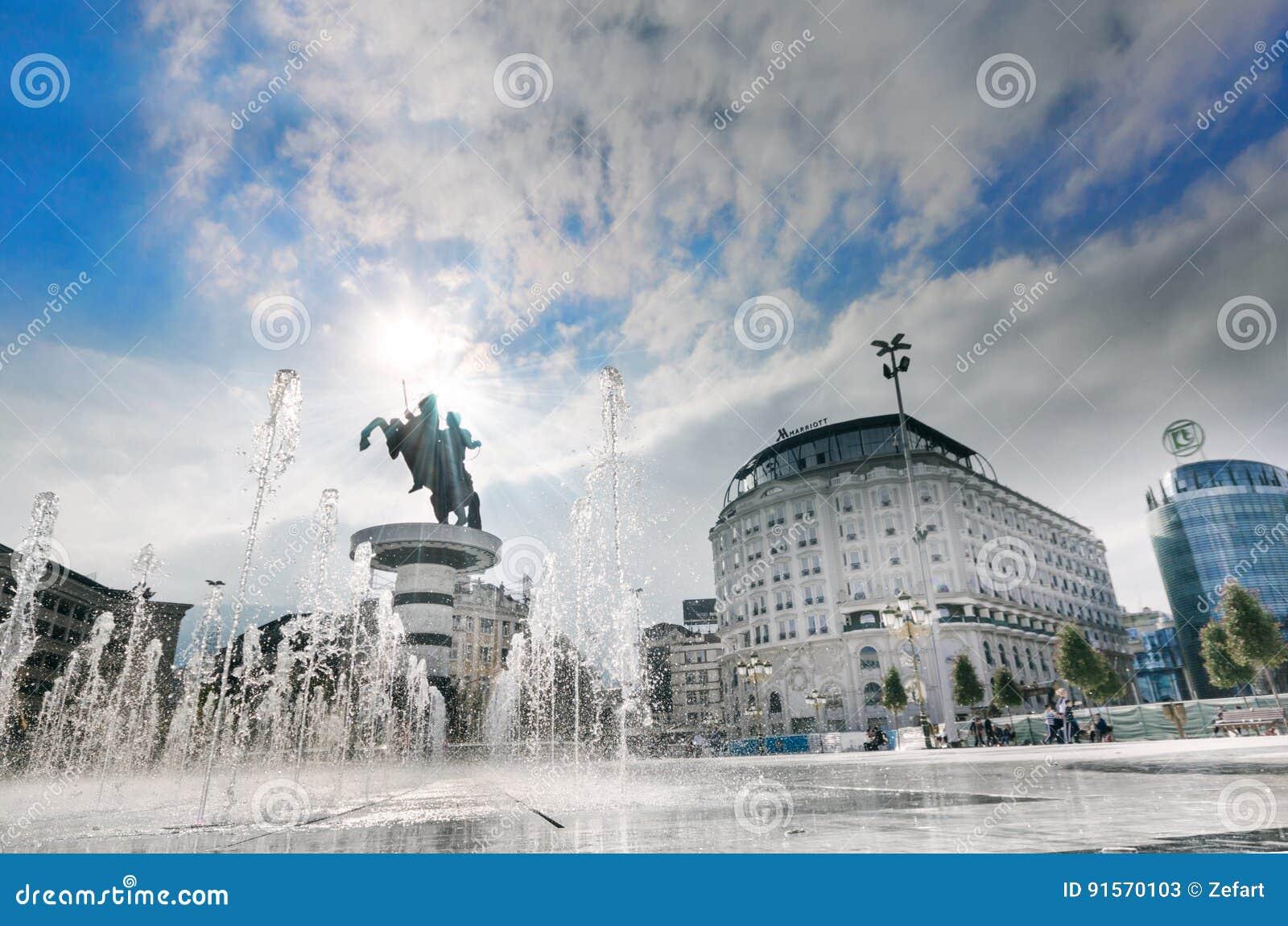 Quadrado abaixo do guerreiro em um monumento do cavalo de Skopje