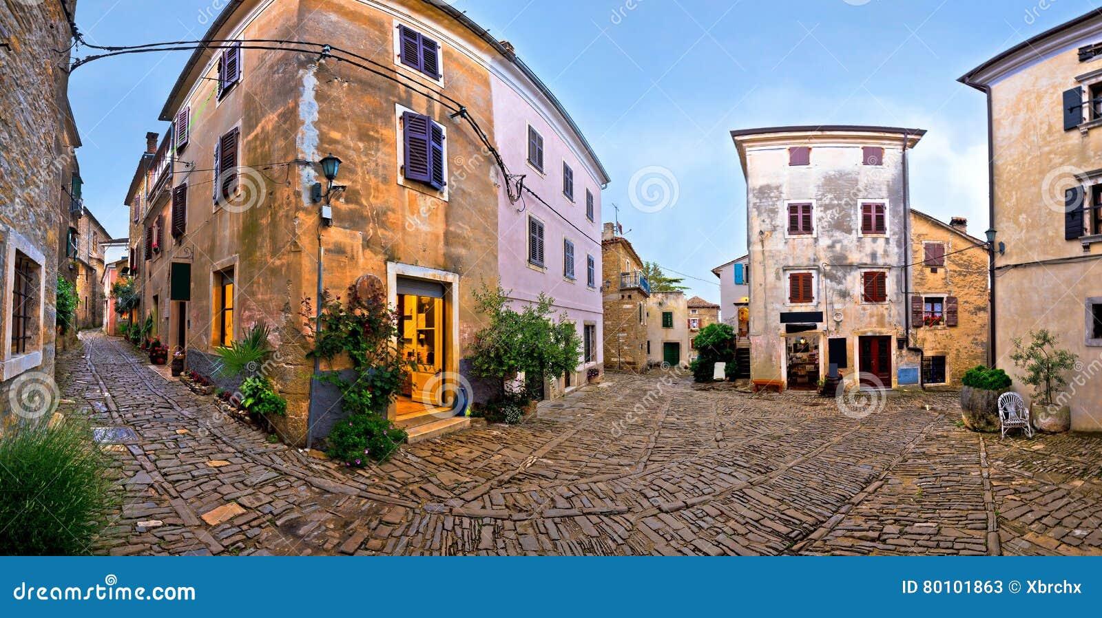 Quadrado Cobbled do panorama da vila de Groznjan