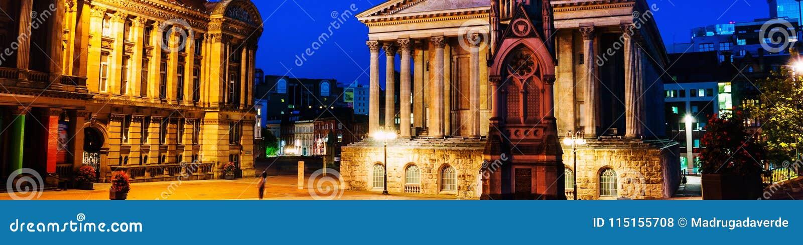 Quadrado de Chamberlain na noite com câmara municipal iluminada e Chamberlain Memorial em Birmingham, Reino Unido
