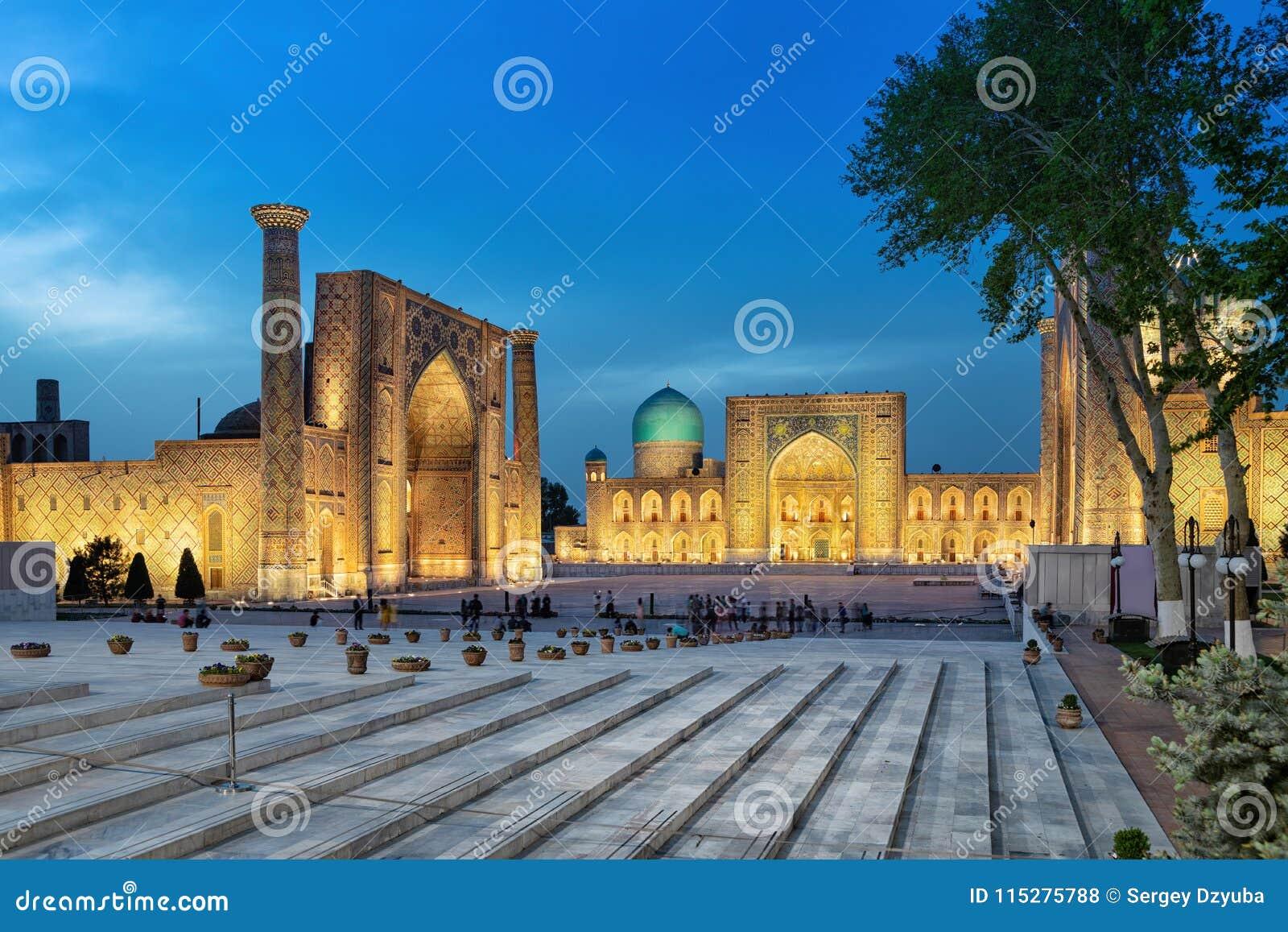 Quadrado de Registan no crepúsculo em Samarkand, Usbequistão