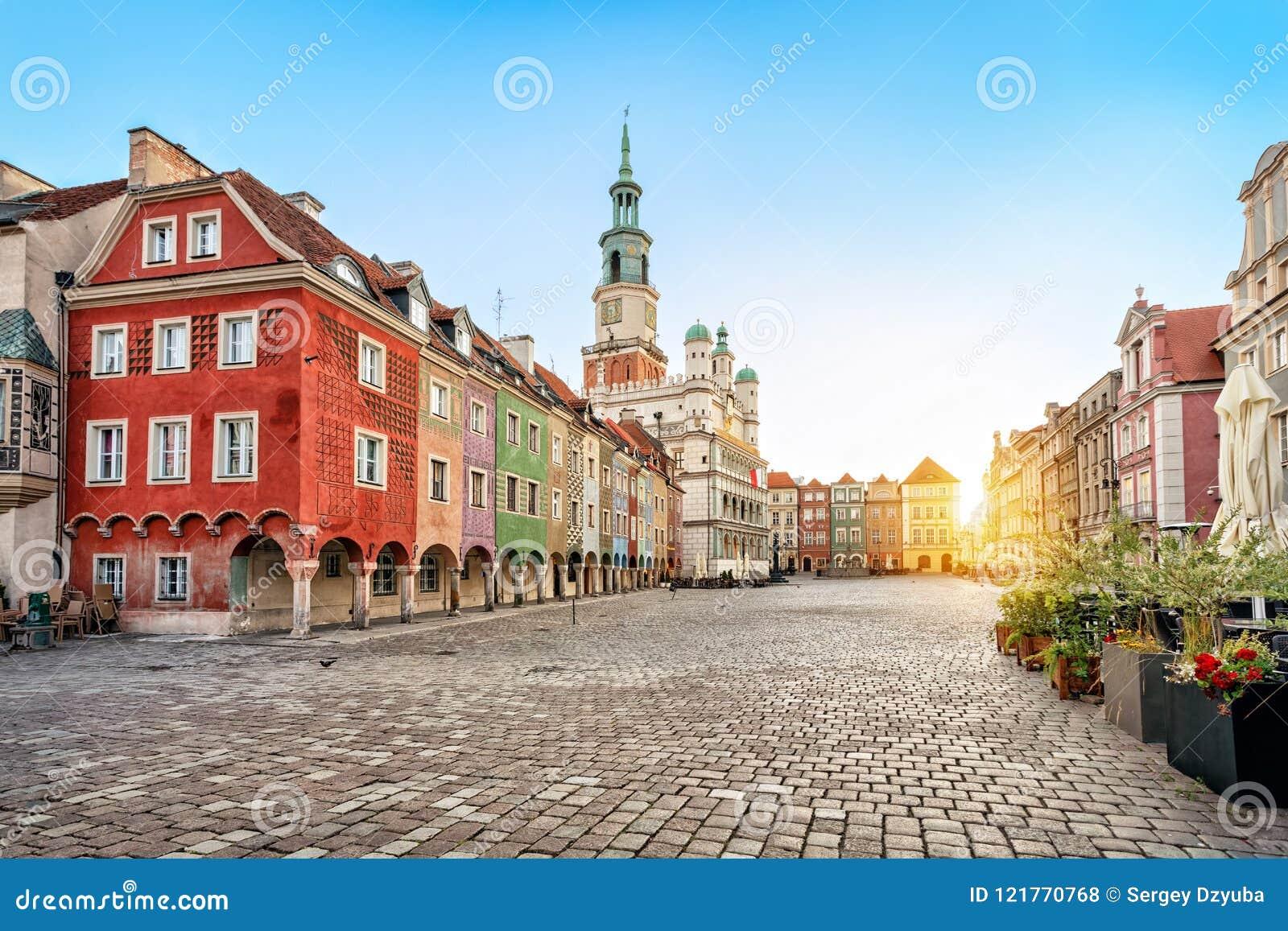 Quadrado de Stary Rynek e câmara municipal velha em Poznan, Polônia