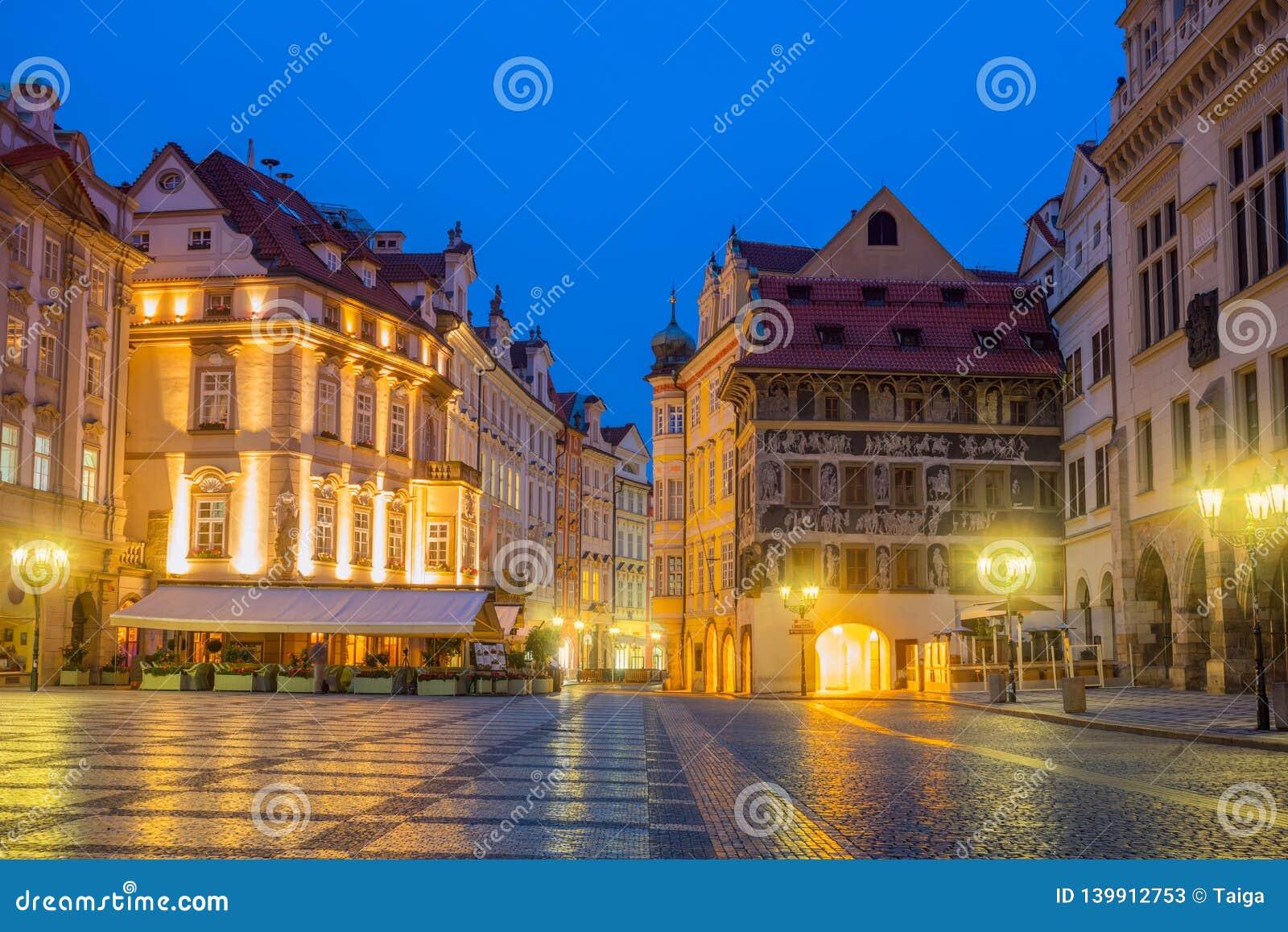 Quadrado histórico velho de Praga na noite com lâmpadas velhas
