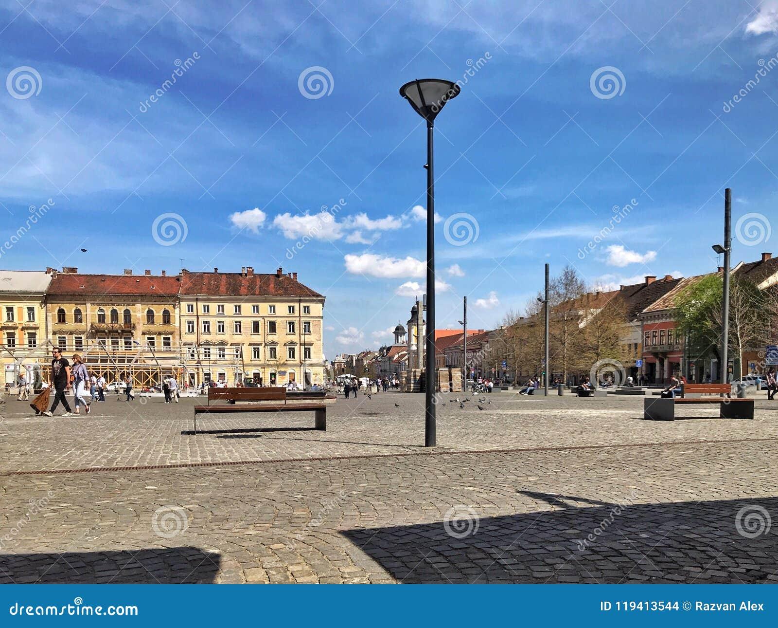 Quadrado principal em um dia ensolarado em Cluj Napoca, Romênia