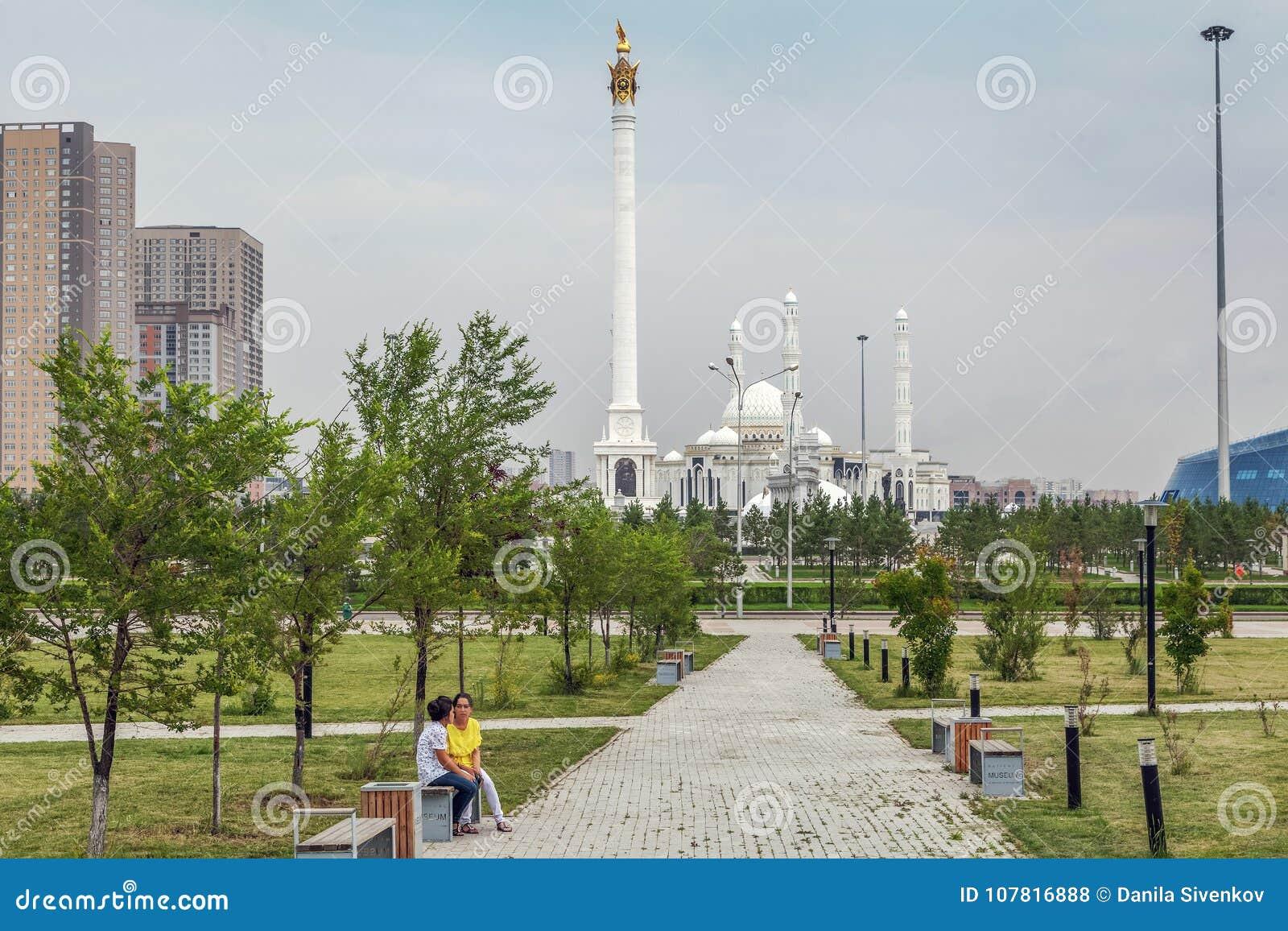 Quadrado verde na sultão de Hazret da mesquita em Astana kazakhstan