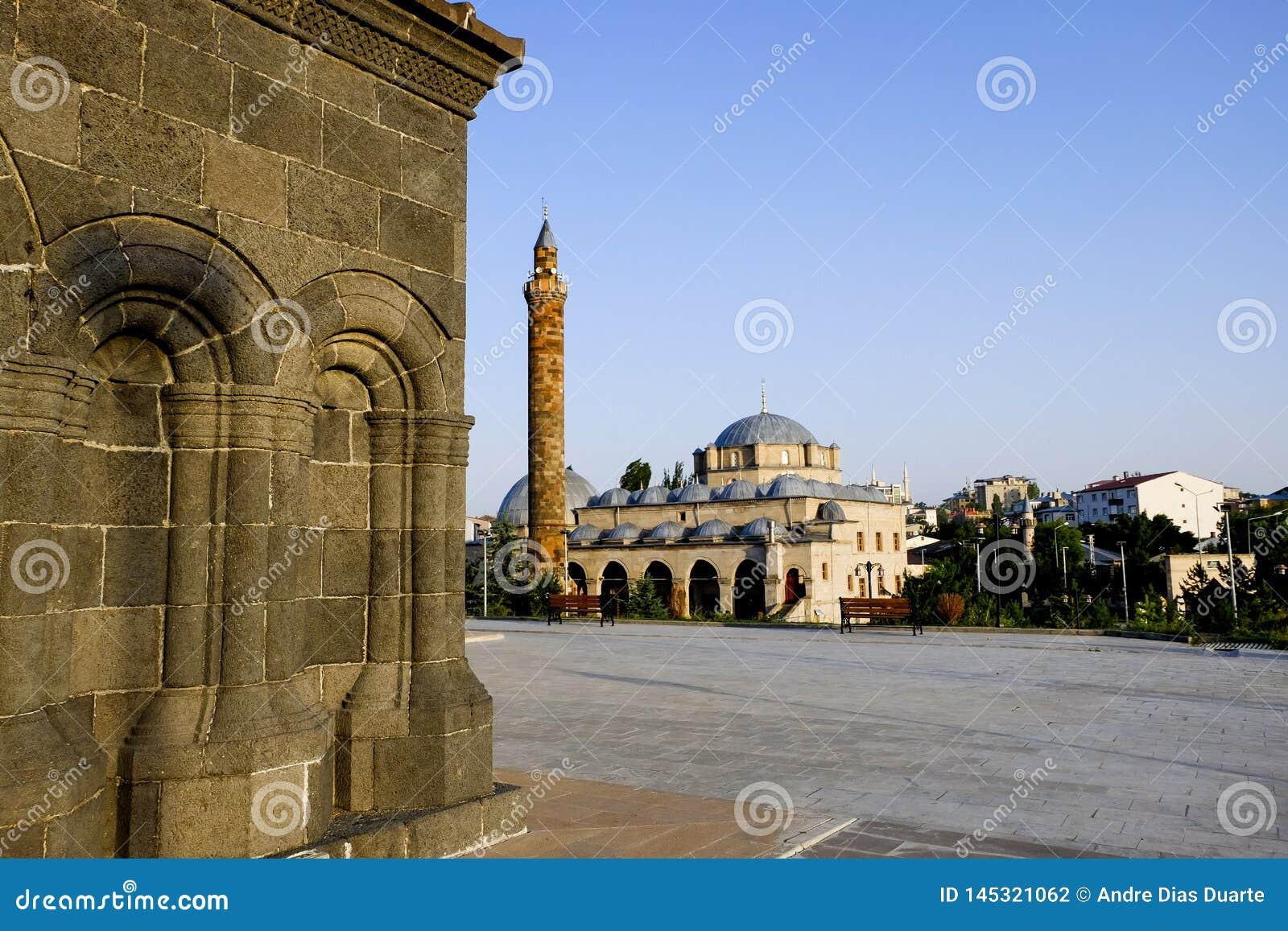 Quadrat in Kars mit einer Moschee im Hintergrund