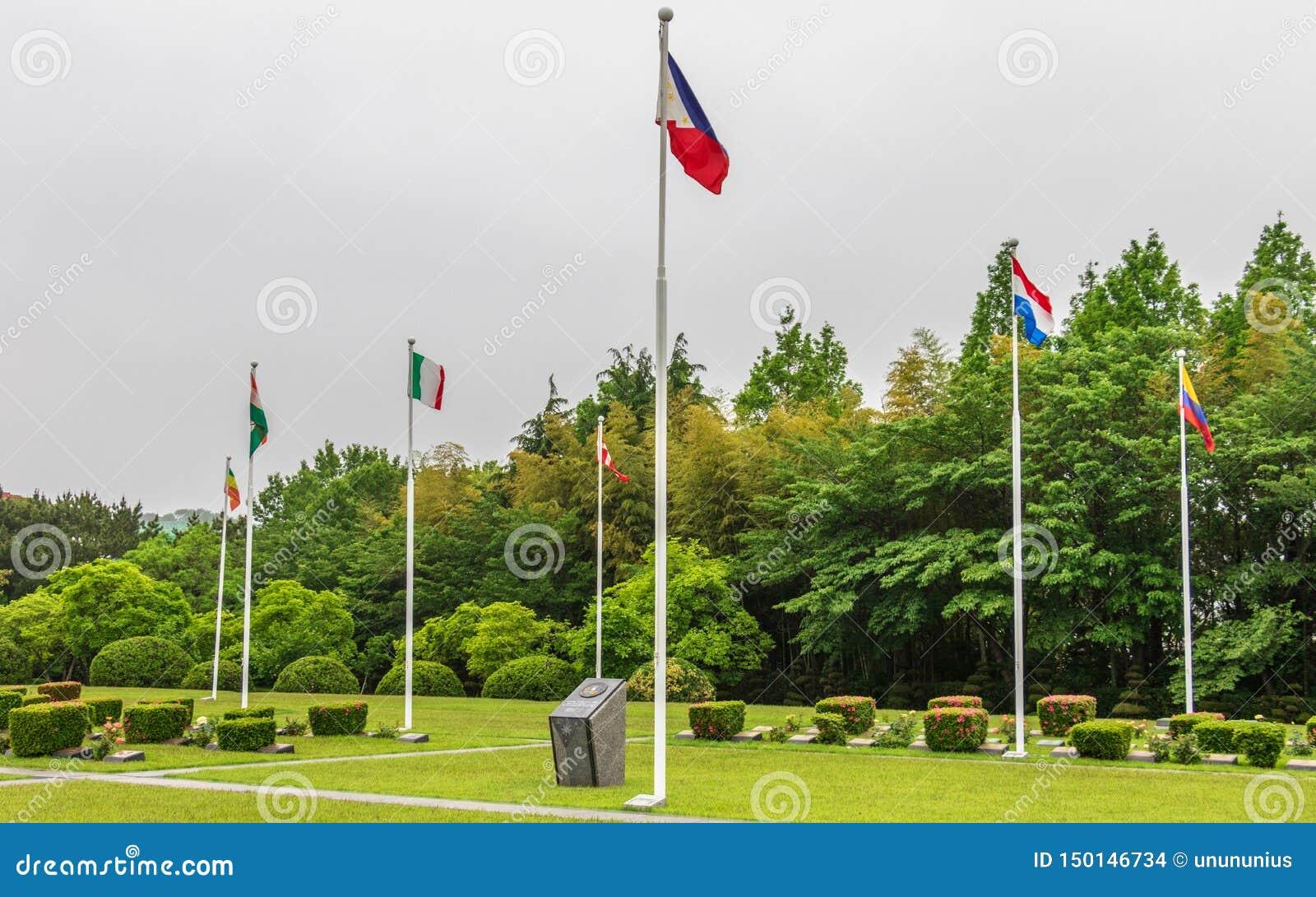 Quadrato centrale con le bandiere dei paesi partecipanti dentro le nazioni unite UNO Memorial Cemetery della guerra di Corea a Se
