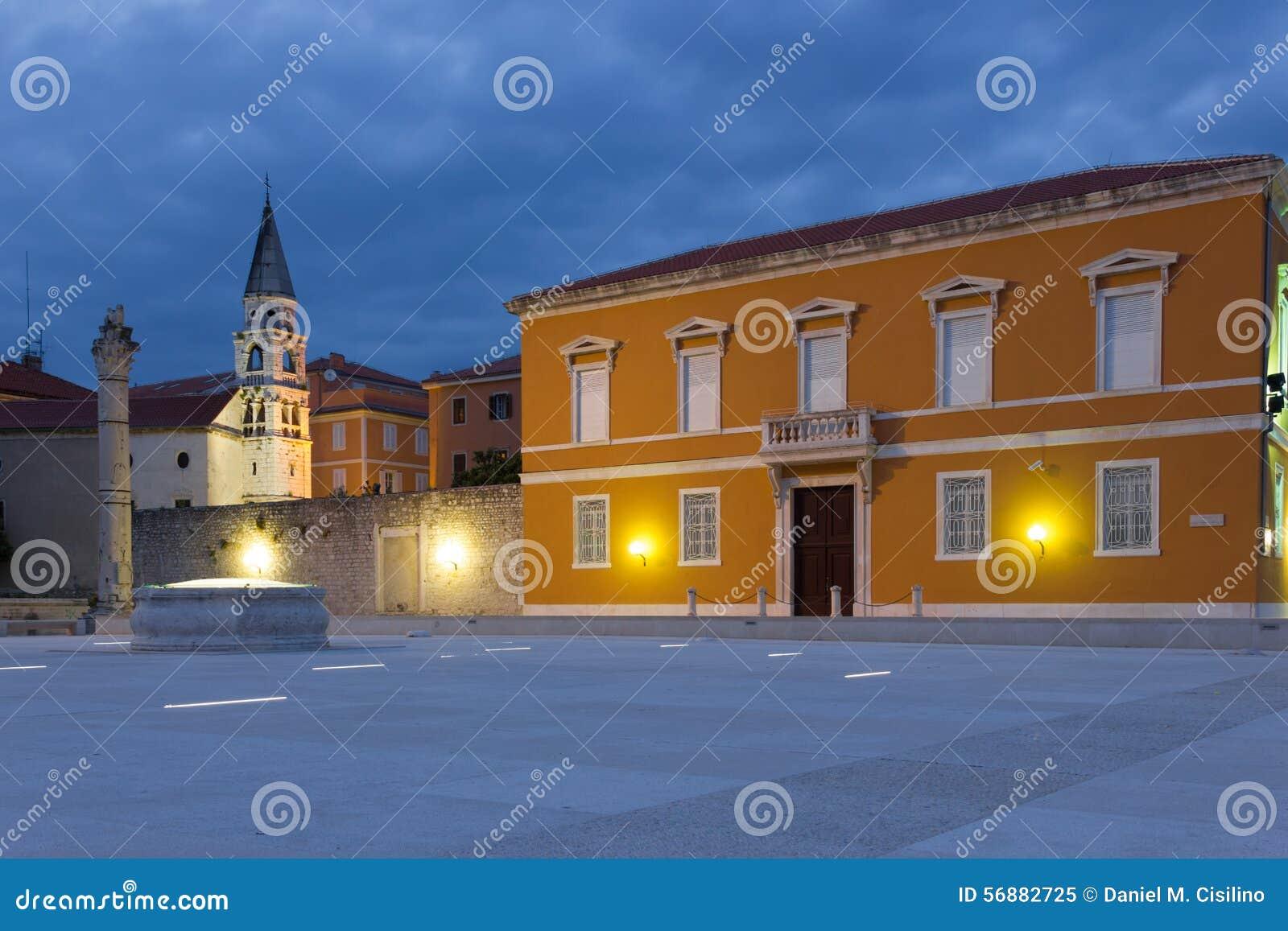 Quadrato principale alla notte Zadar La Croazia