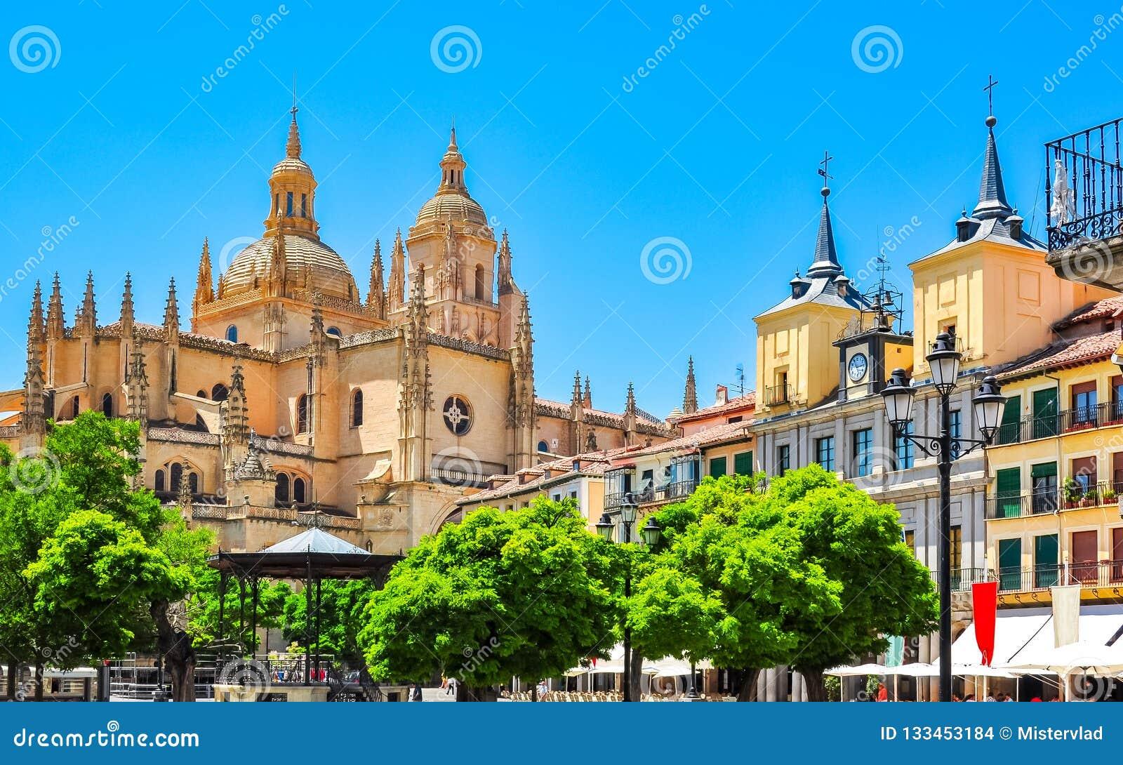 Quadrato principale della plaza con la cattedrale di Segovia a fondo, Segovia, Spagna