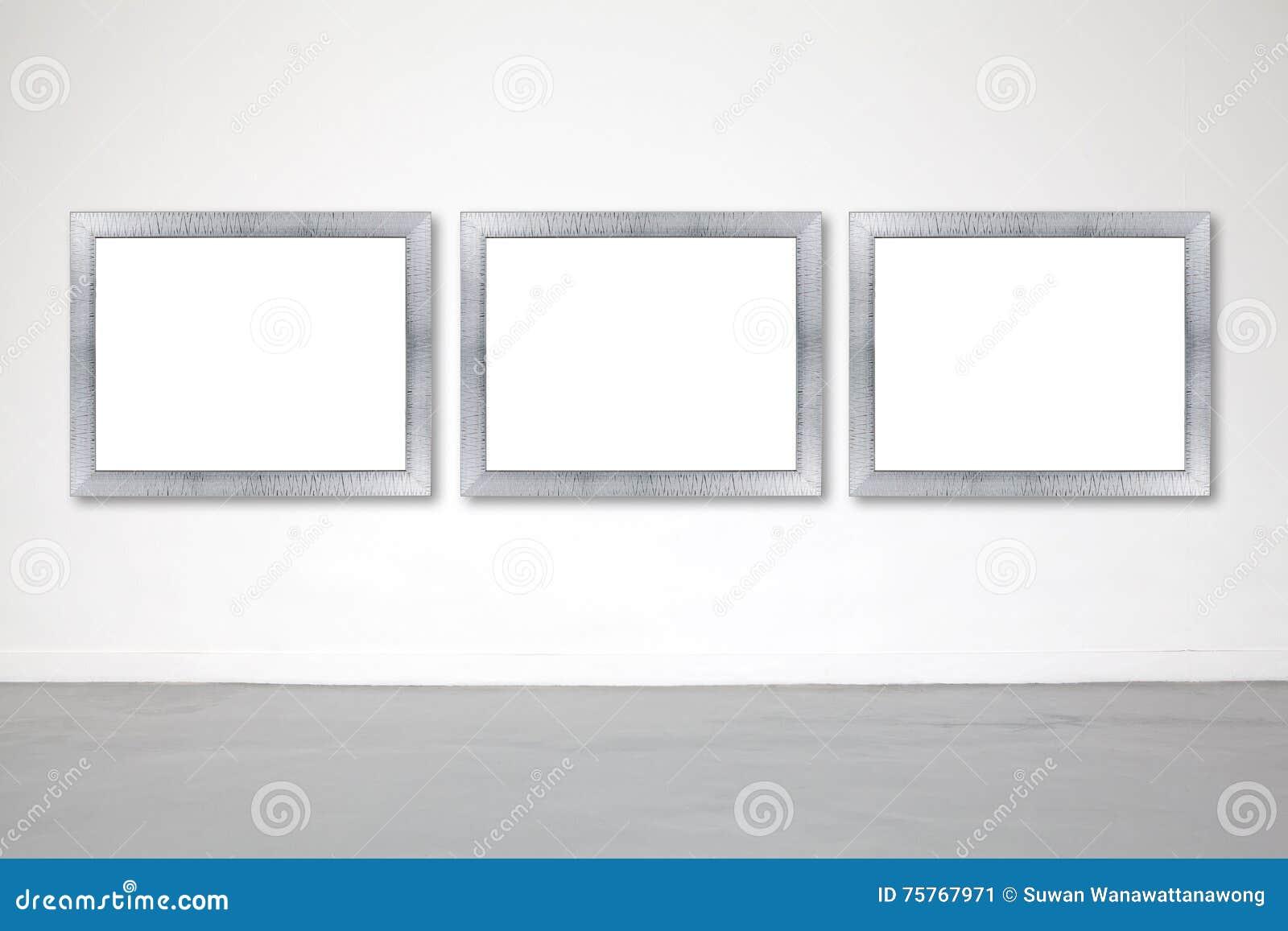 Quadro clássico na parede do cimento branco na galeria
