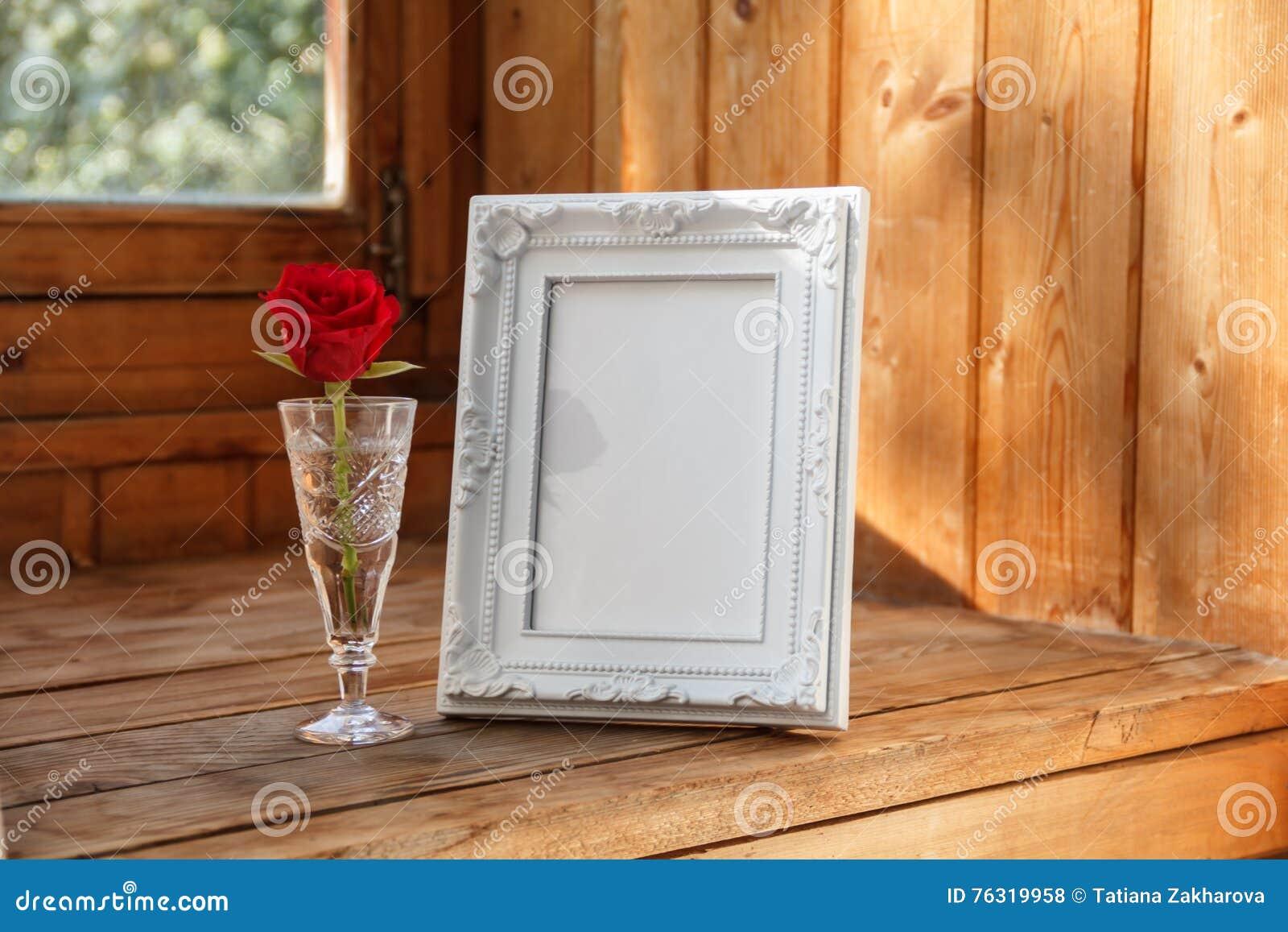 Quadro da foto e uma rosa vermelha