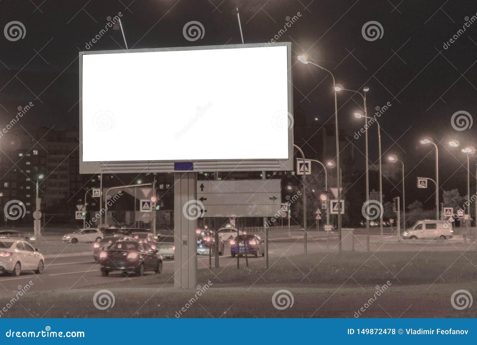 Quadro de avisos na cidade da noite na borda da rua anunciar