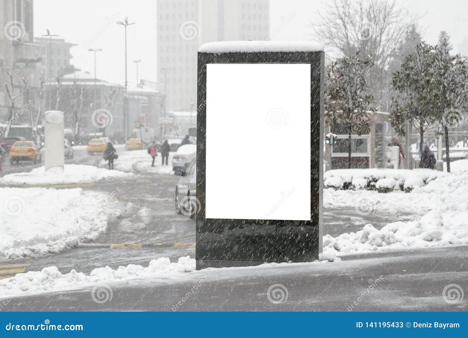 Quadro de avisos na rua no inverno