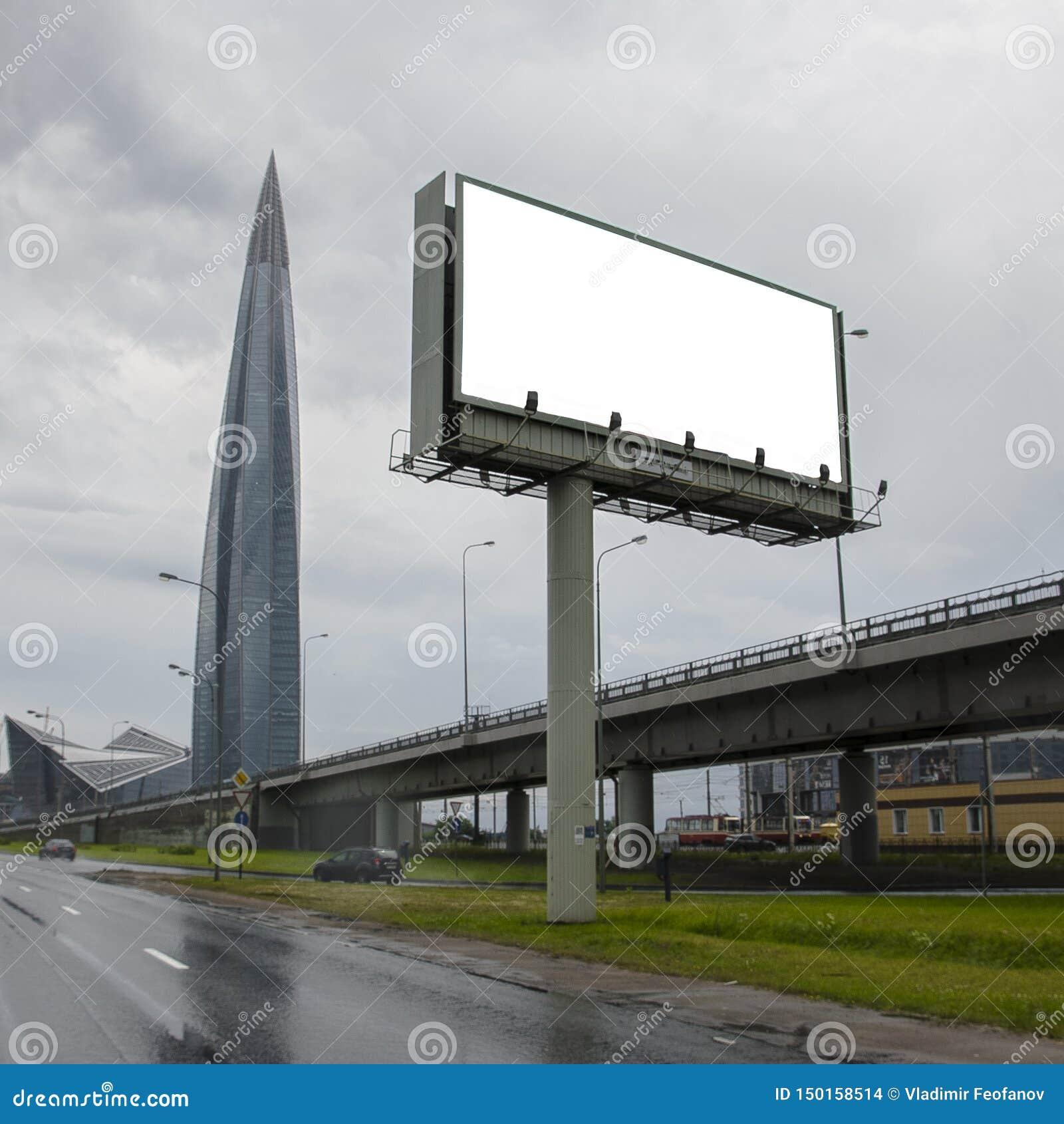 Quadro de avisos vazio no fundo de um grande prédio de escritórios moderno, arranha-céus ordinários do negócio, prédios, arquitet