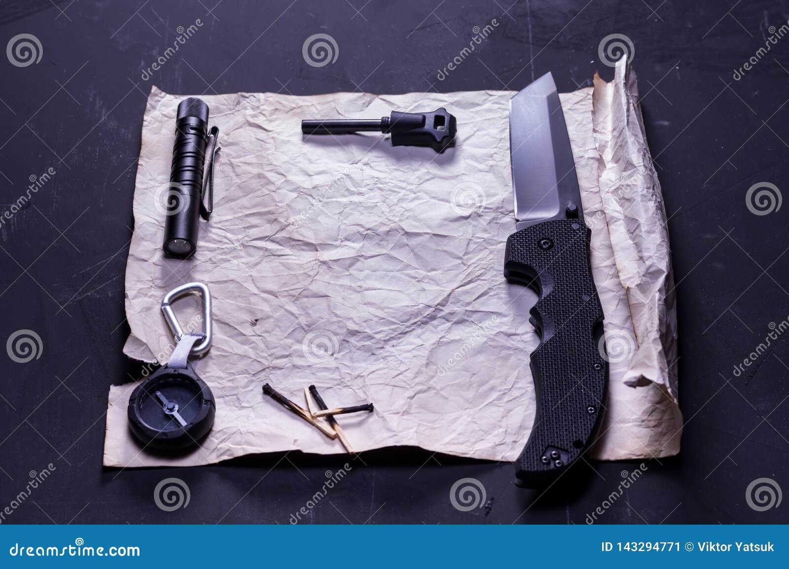 Quadro do Livro Branco no fundo preto Coisas caçador e turista perto da letra