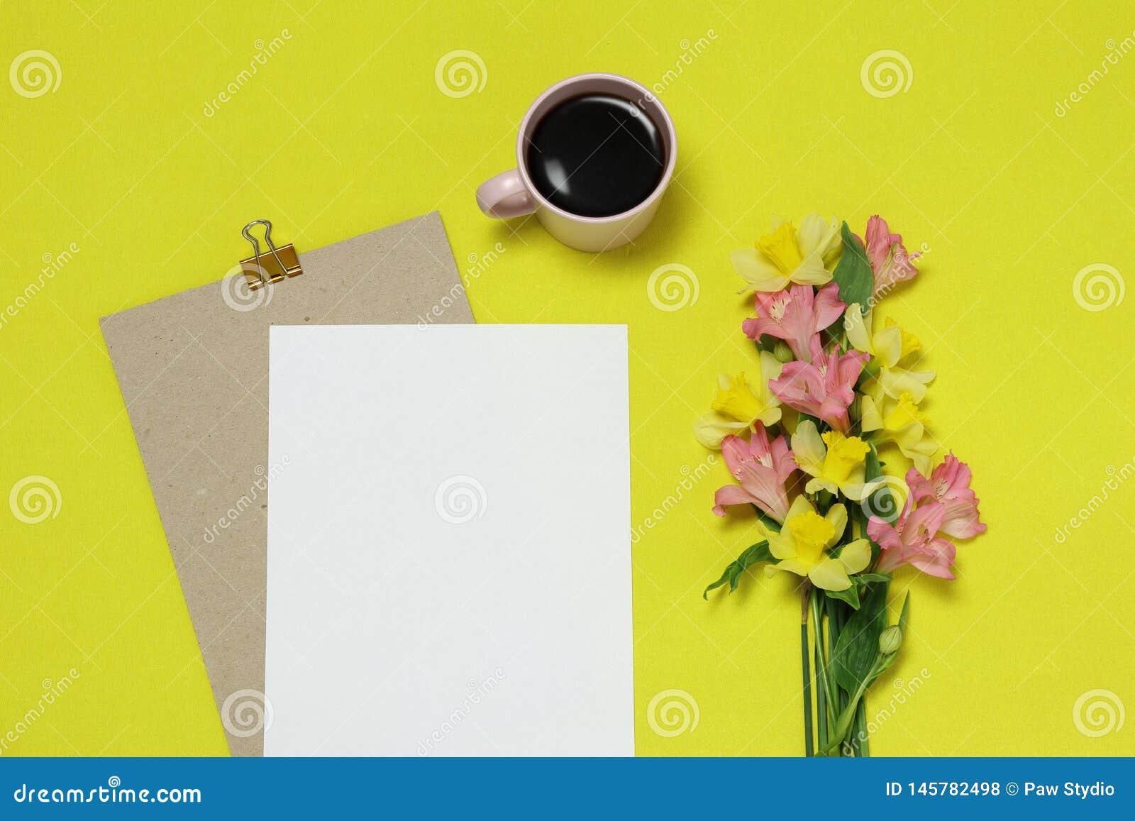 Quadro do papel do modelo no fundo amarelo com flores, xícara de café