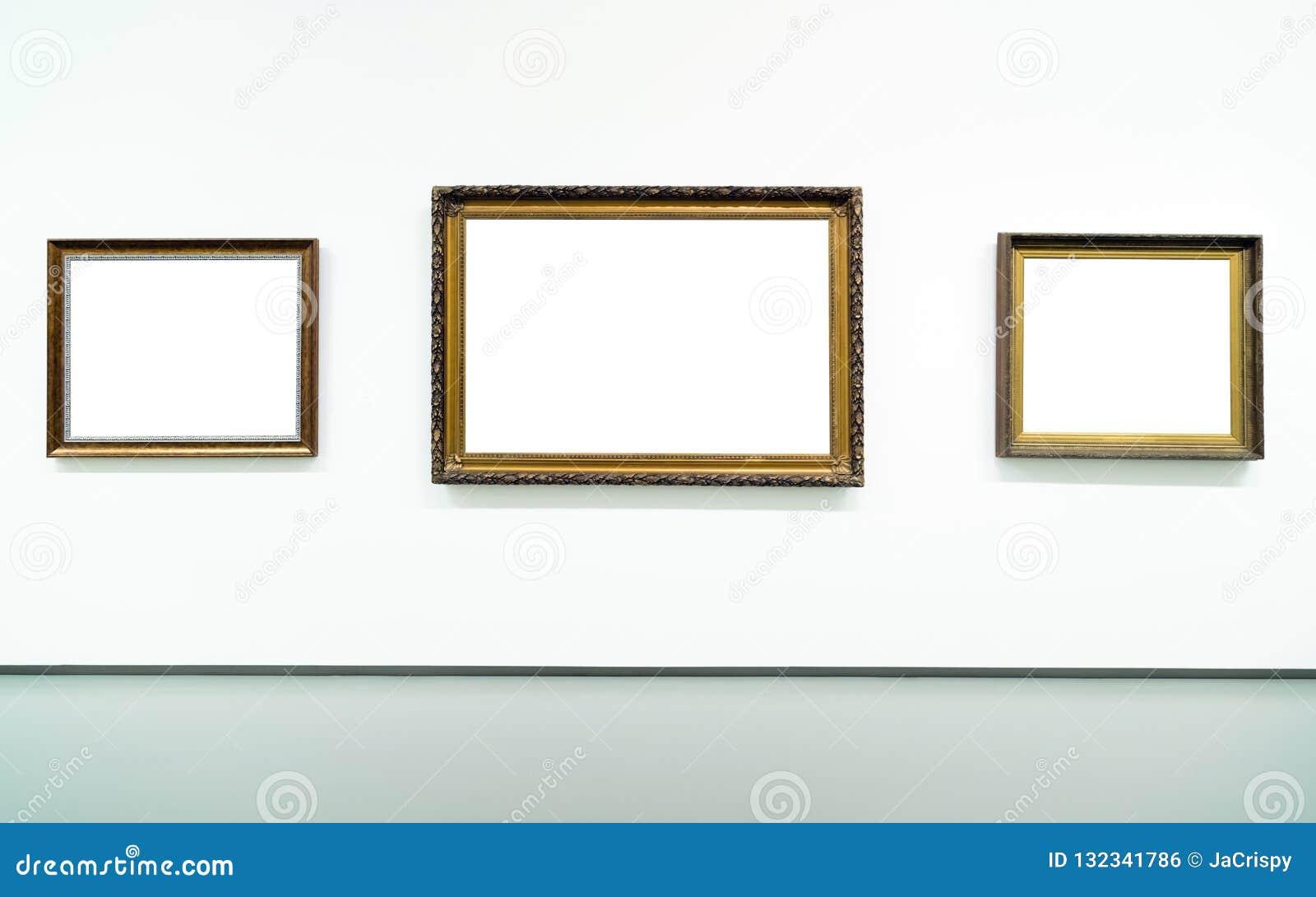 Quadro dourado vazio vazio no fundo branco Galeria de arte, museu