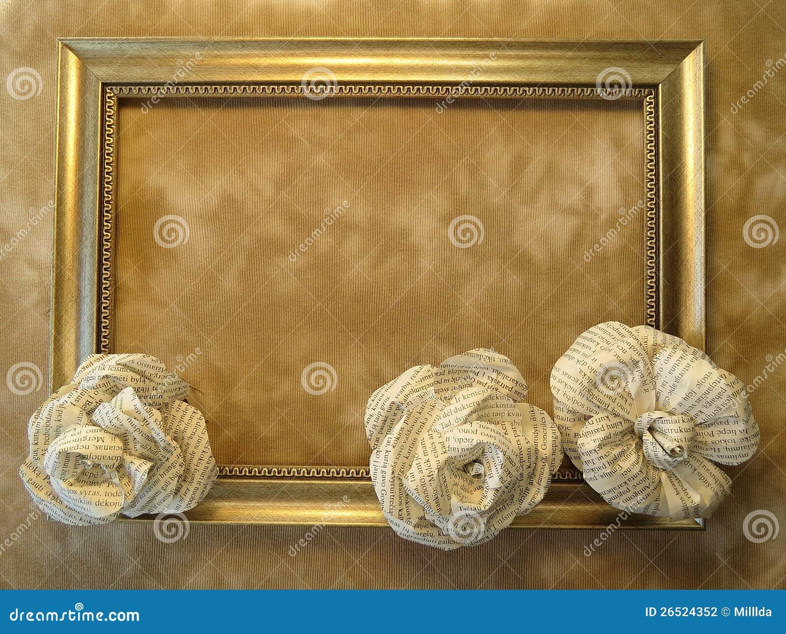 Quadro e rosas feitos do jornal