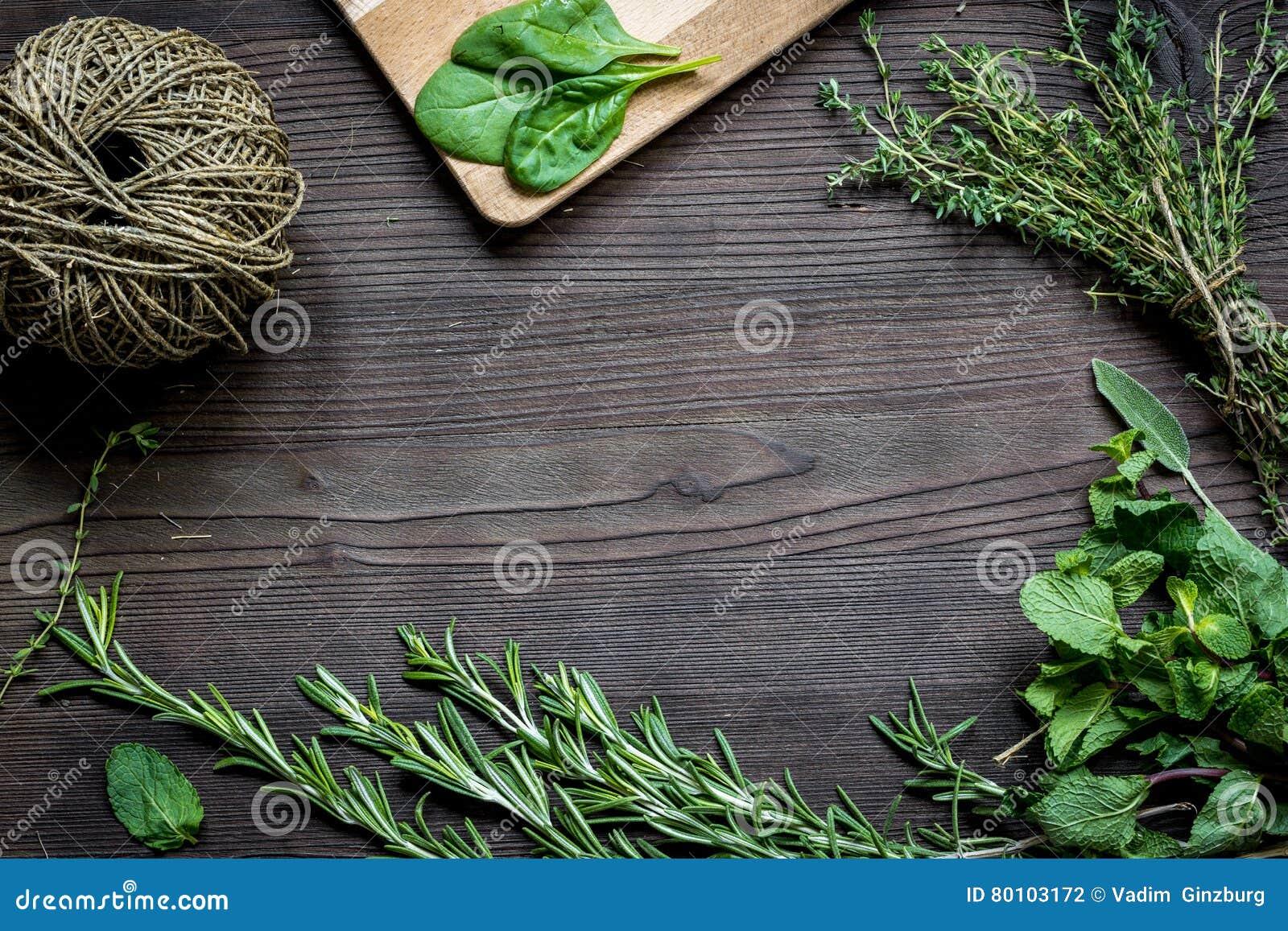 Quadro fresco da erva na opinião superior do fundo de madeira escuro