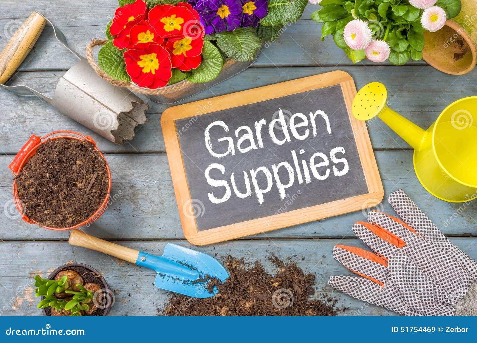 Quadro-negro com ferramentas de jardim - fontes do jardim