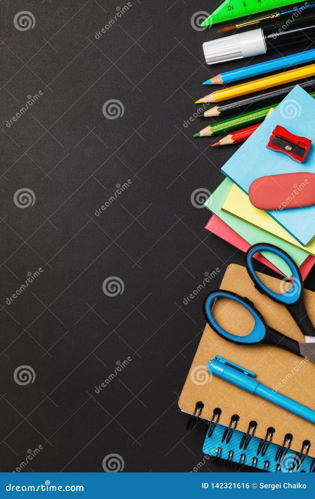 Quadro-negro com fontes de escola no espaço do lado direito e da cópia