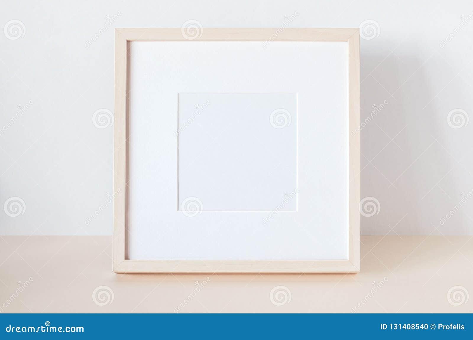 Quadro quadrado de madeira com modelo do cartaz