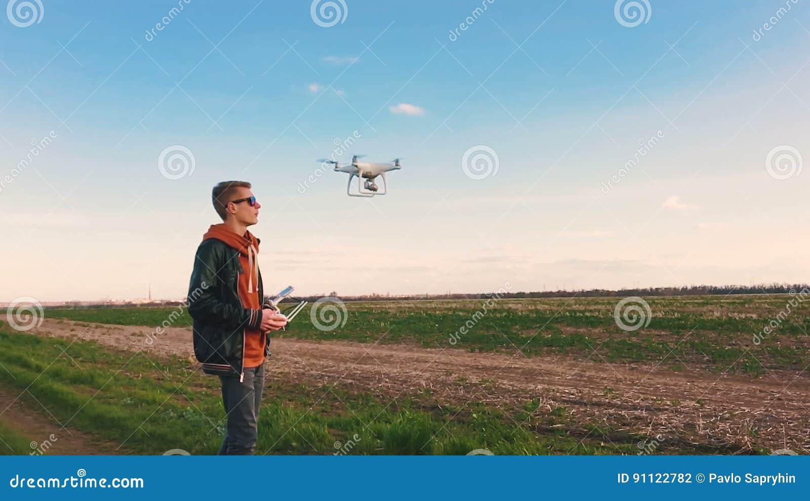 Quadrocopter entfernt sich von der Versuchs-` s Hand in der Zeitlupe Betrieb des Dron stock video footage