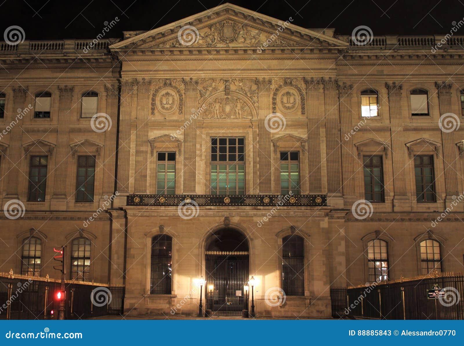 从quai的罗浮宫在晚上