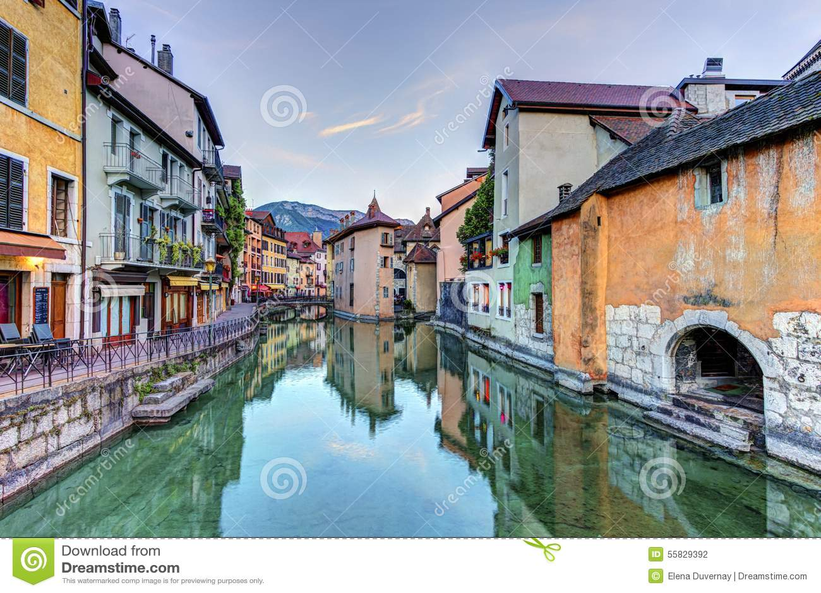 Quai de l 39 ile et canal dans la vieille ville d 39 annecy for Piscine a annecy