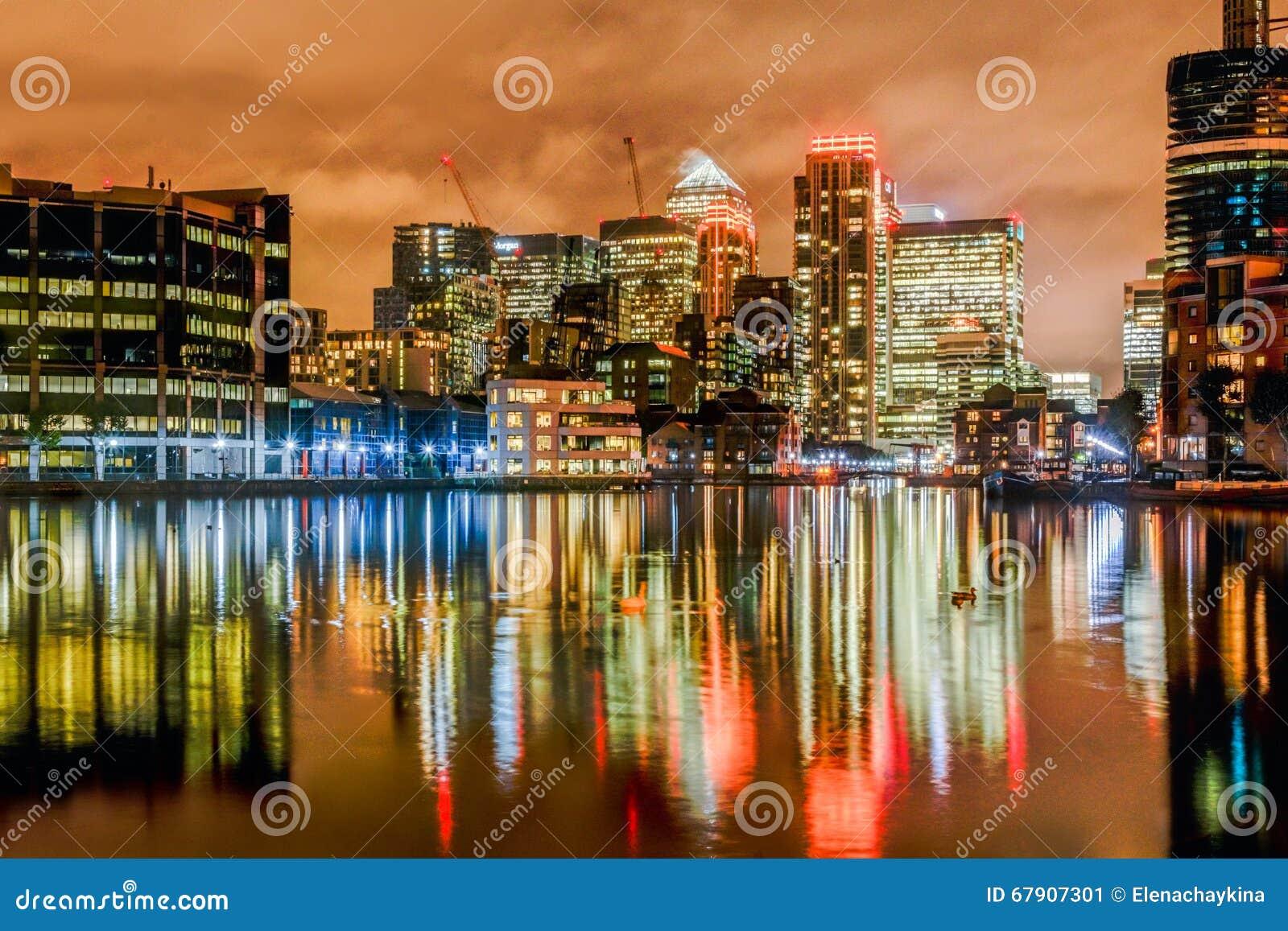 Quai jaune canari de nuit de Londres de quartiers des docks