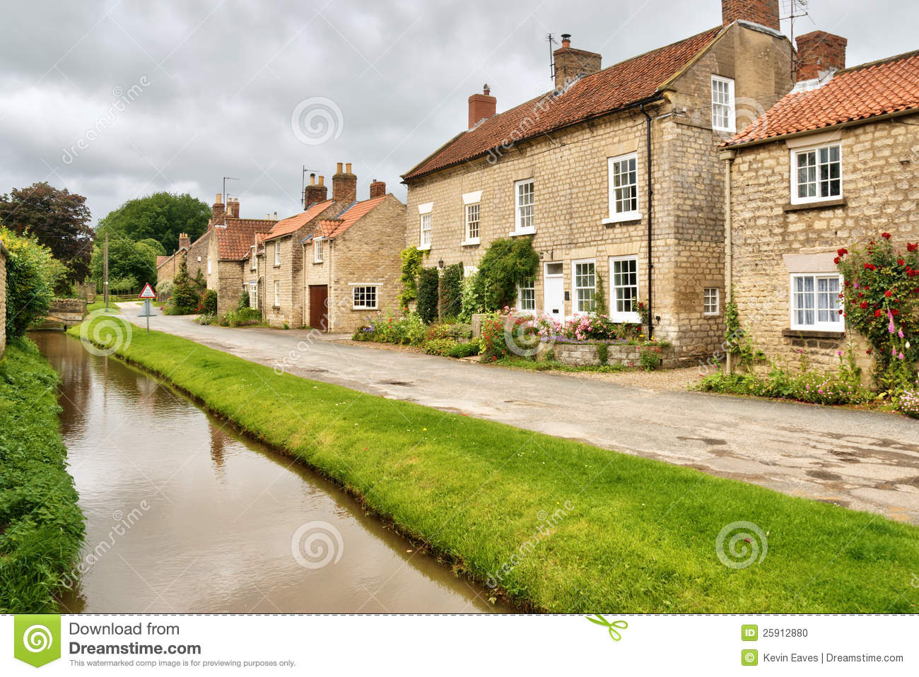 Quaint Cottages And Stream In An English Village Stock ... Quaint English Cottages