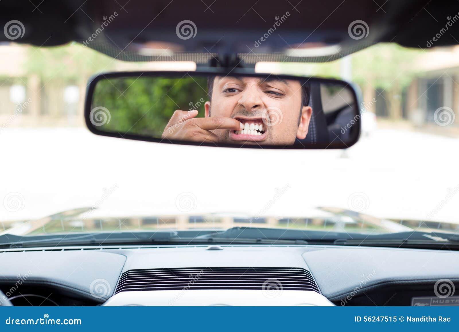 Qualcosa attaccato fra i denti
