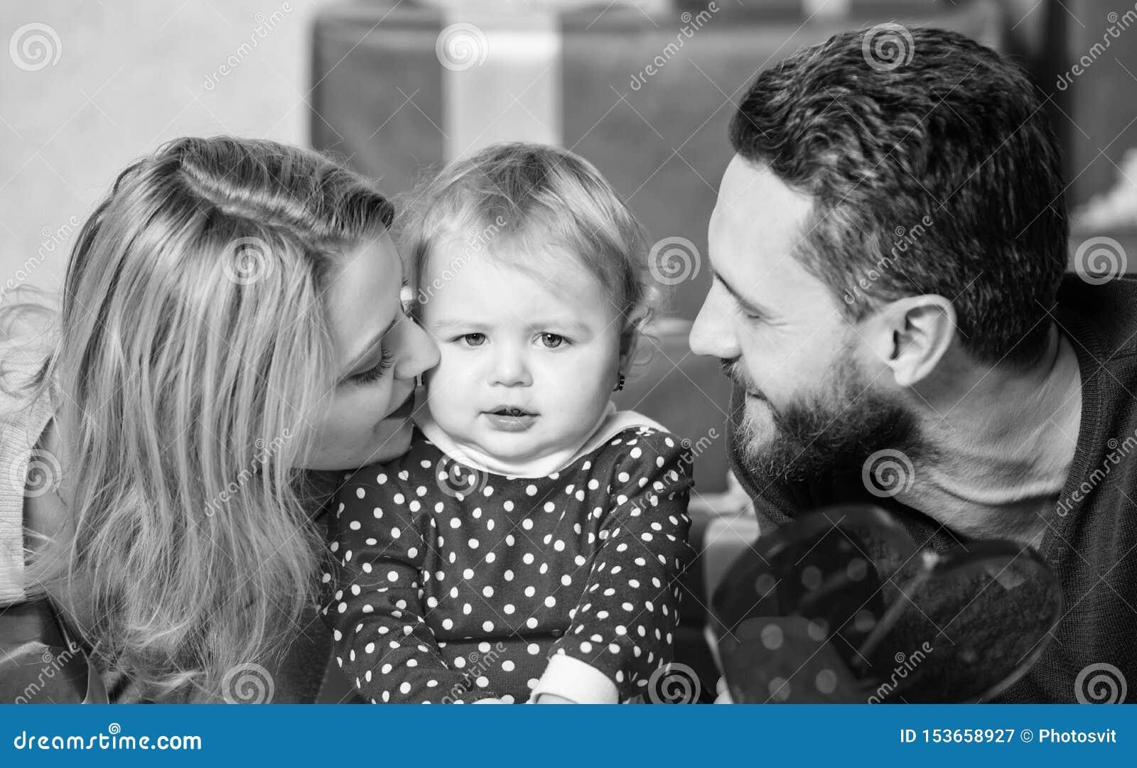 Qualcosa sta andando sorprenderlo Padre, madre e bambino del doughter Famiglia felice con la scatola attuale Rosa rossa