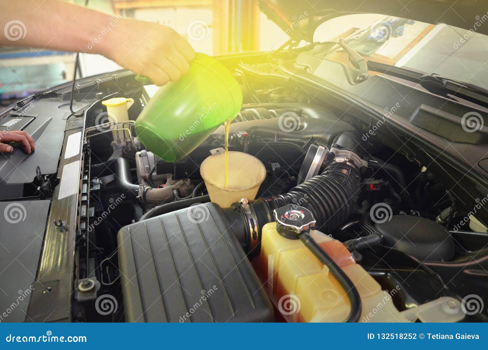 Qualidade de reabastecimento e de derramamento do óleo no carro de motor do motor
