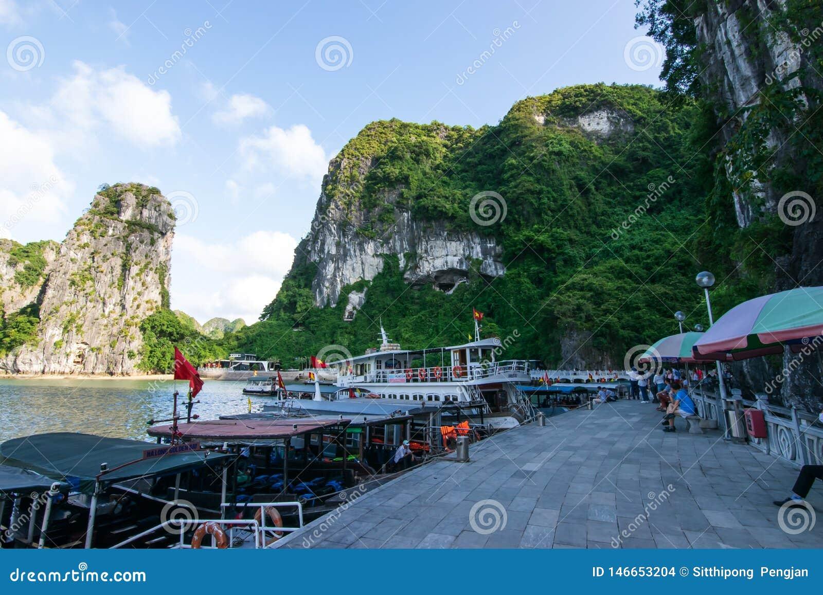 Quang Ninh, Vietnam, 14 Oktober, 2018: Het Weergeven van Halong-het schipparkeren van de Baaicruise bij t Sung Sot Cave of het Ve